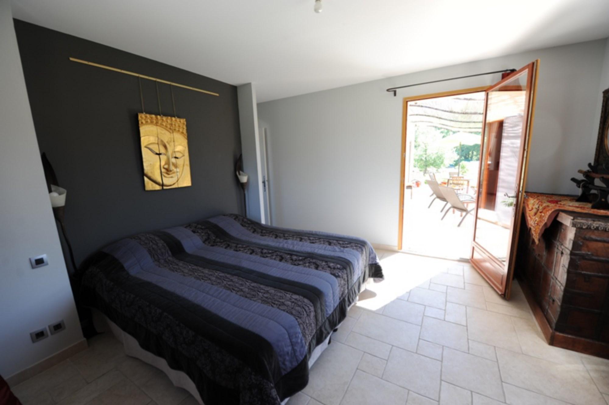 A vendre,  près d'un beau village perché, villa contemporaine avec volumes et luminosité,  jardin paysager et piscine