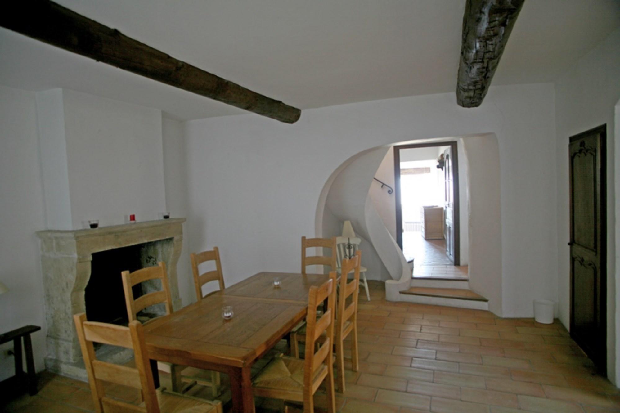 A vendre, à Gordes,  très belle maison de village avec terrasse et vue possibilité commerce