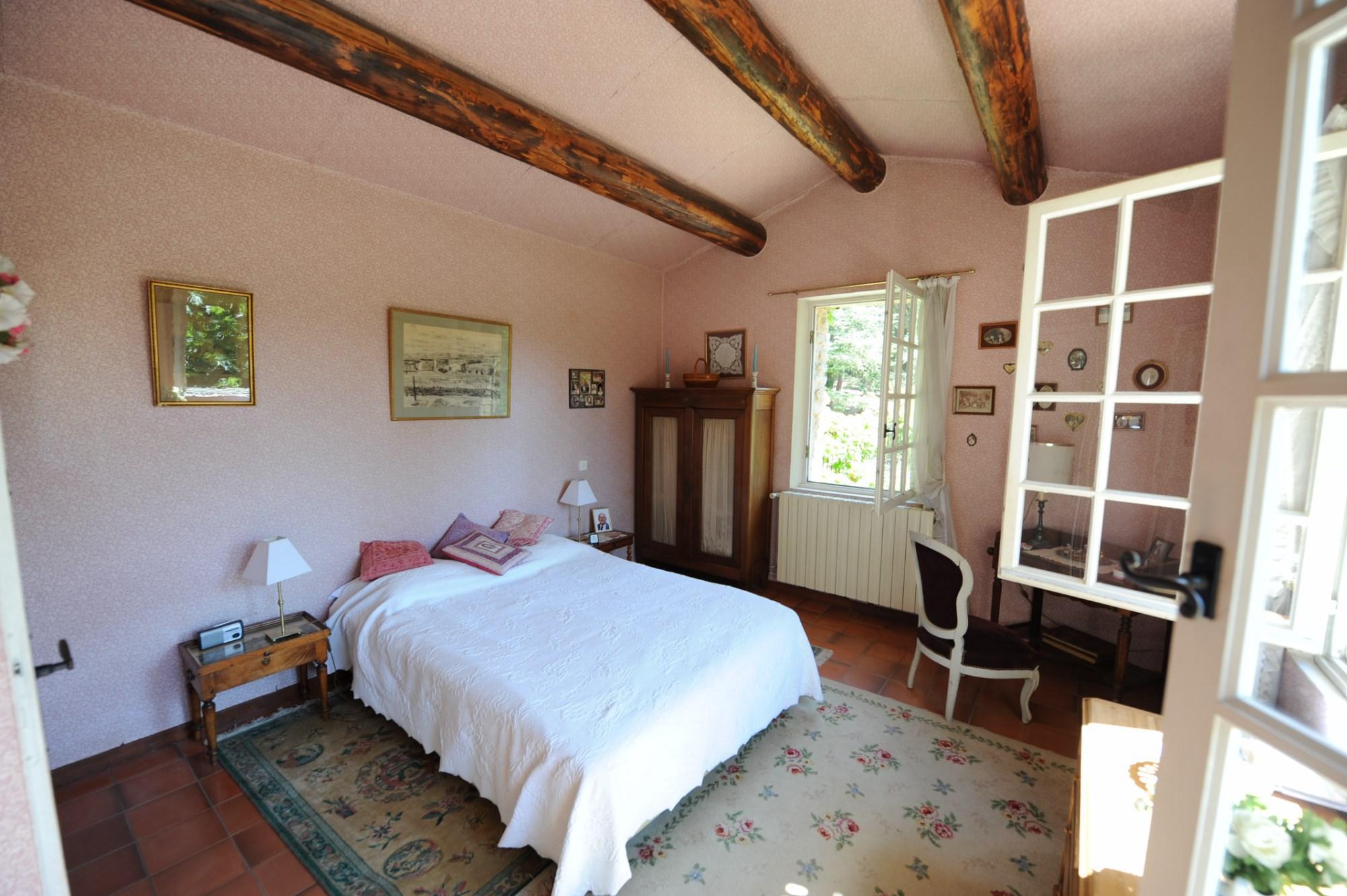 Triangle d'Or : propriété authentique avec maison et dépendances en pierres en bordure de village face au Luberon