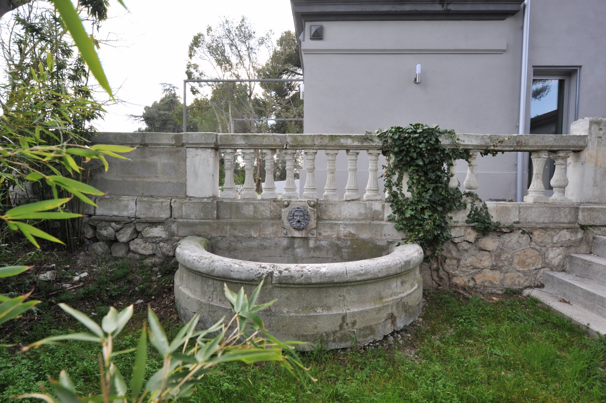 Proche d'Avignon,  à vendre, belle maison bourgeoise avec jardin et des jolies vues sur la vallée du Rhône