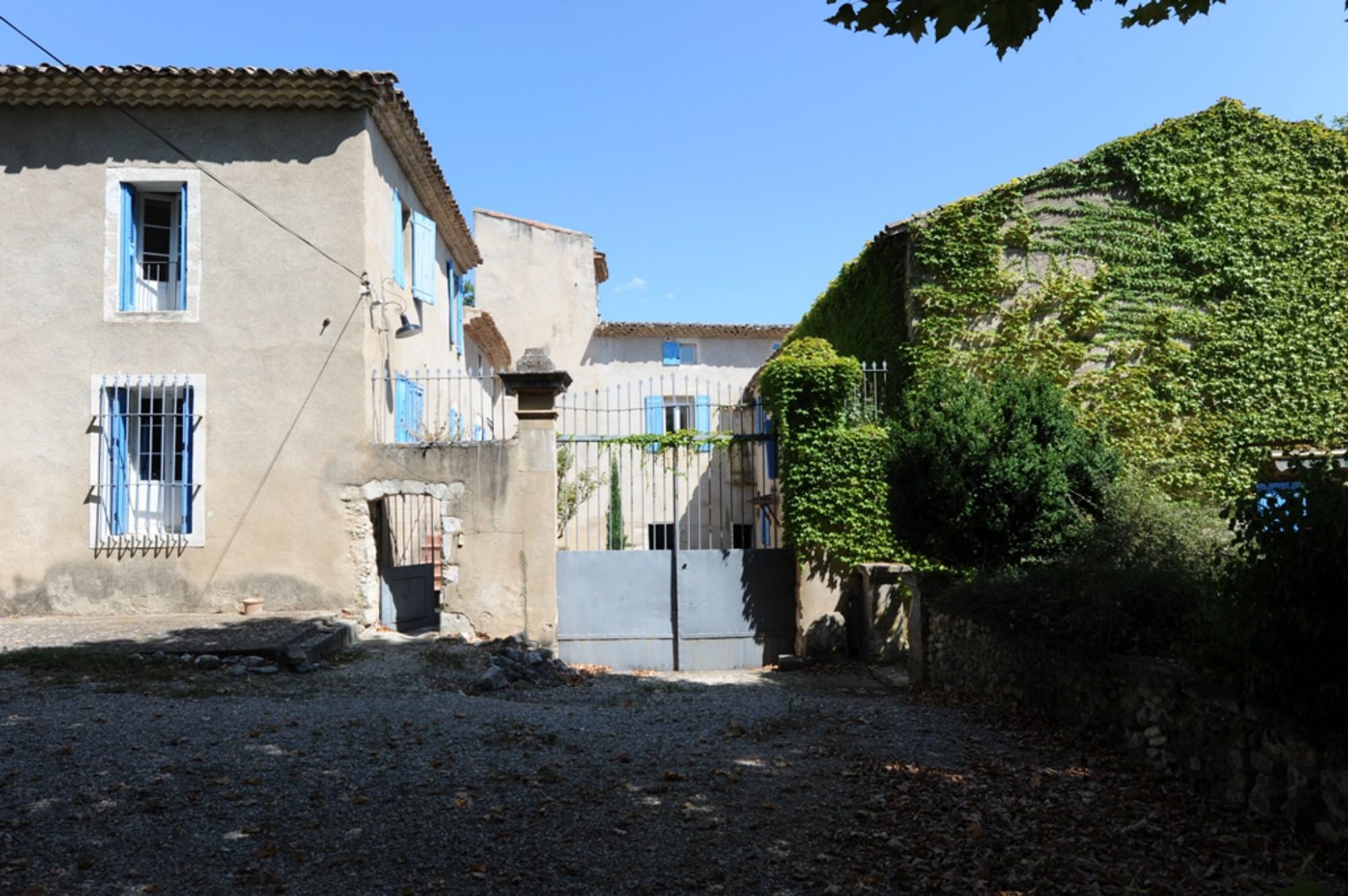 En vente dans le Luberon, grande propriété à rénover
