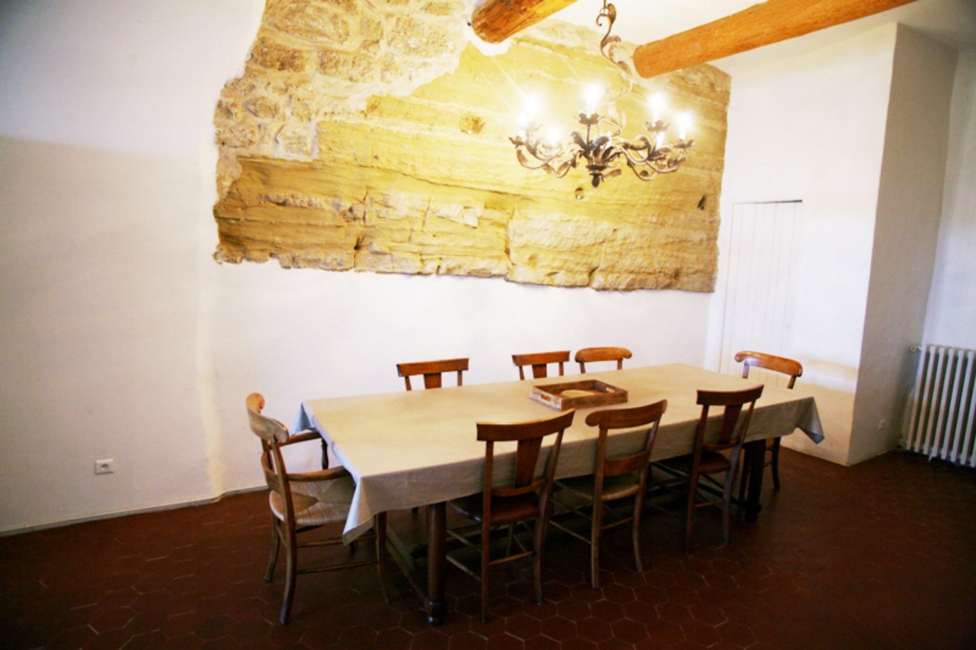 Luberon, proche des beaux villages perchés,  maison de village avec belle cour intérieure, à vendre