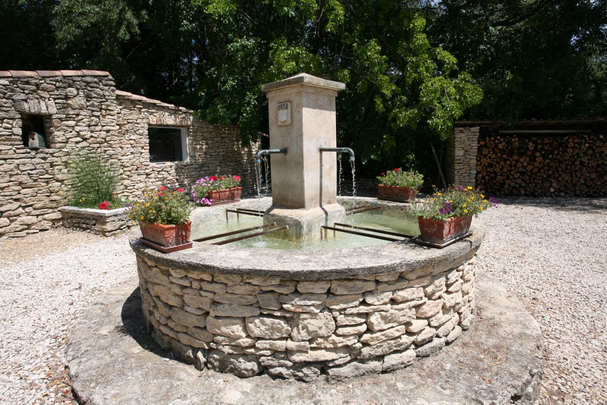 En Luberon, en vente,  en bordure d'un hameau, proche d'un village renommé du Luberon, maison récente avec jardin et piscine