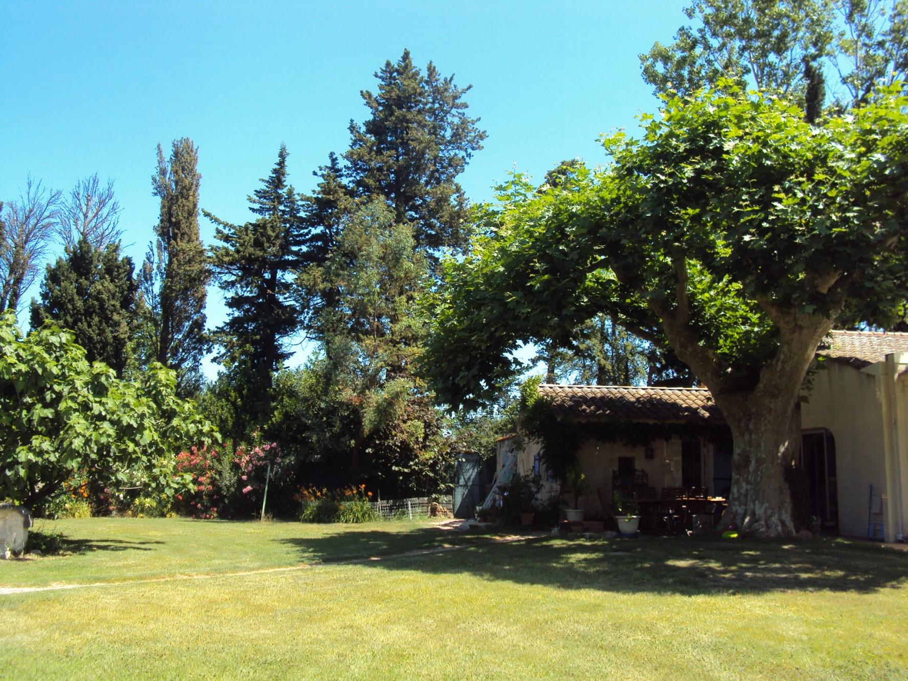 A vendre,  entre Alpilles et Luberon, maison au milieu d'un parc avec piscine