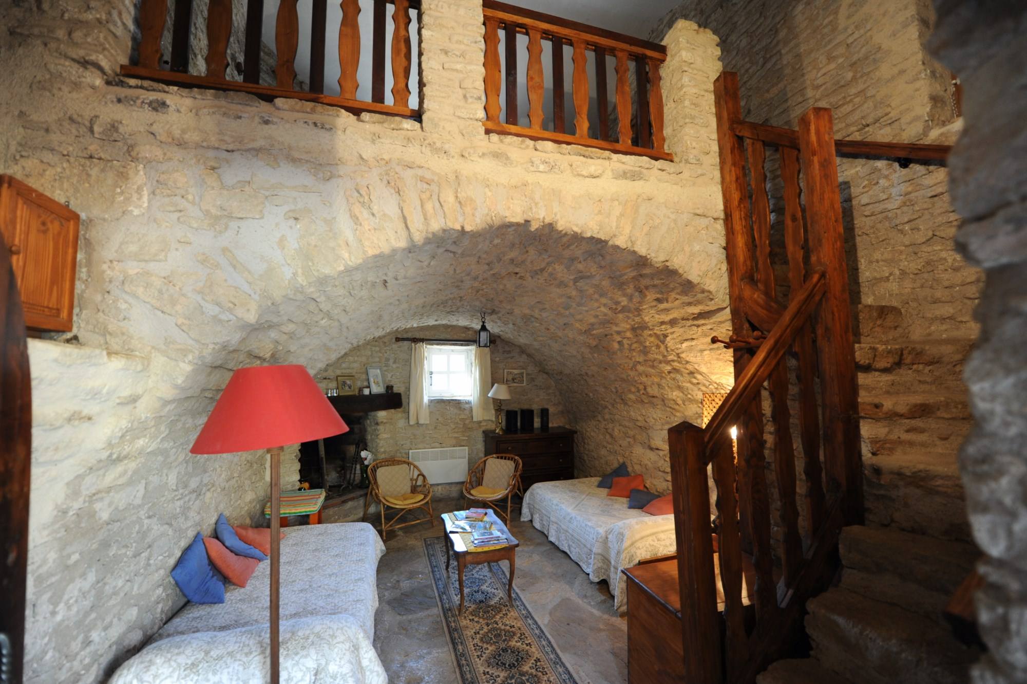 ventes en luberon vendre ferme ancienne fortifi e restaurer sur 35 hectares avec piscine. Black Bedroom Furniture Sets. Home Design Ideas