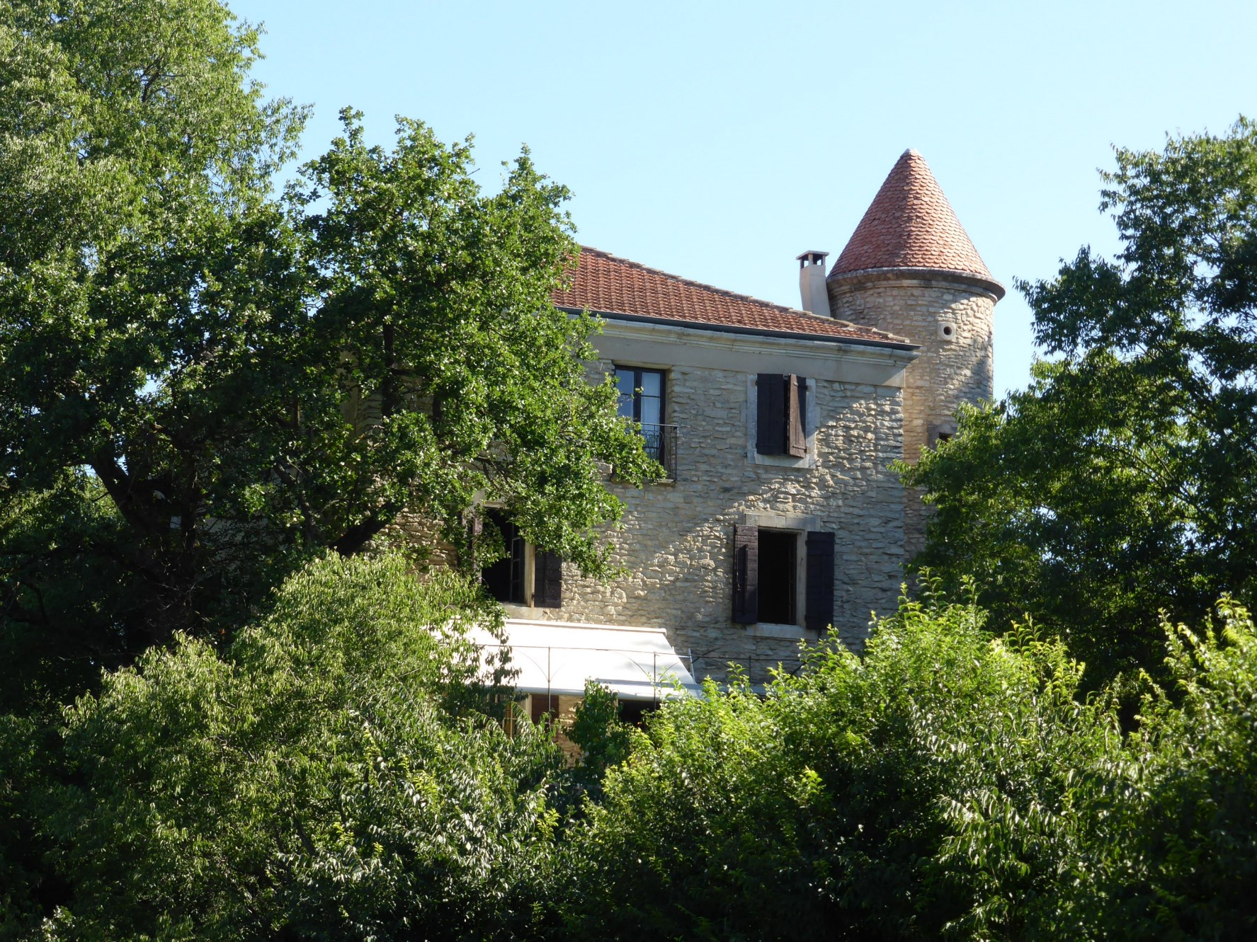 Ferme ancienne fortifiée à restaurer à vendre dans le Luberon