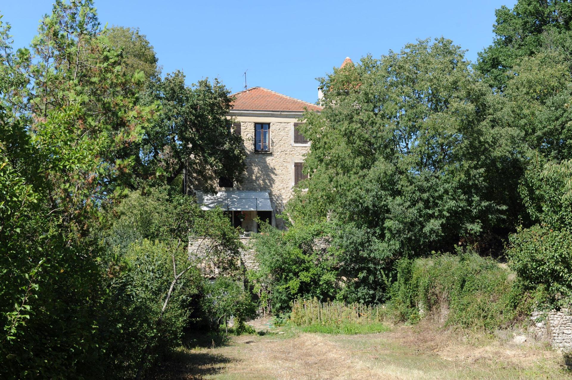 En Luberon, à vendre, ferme ancienne fortifiée à restaurer sur 3,5 hectares, avec piscine