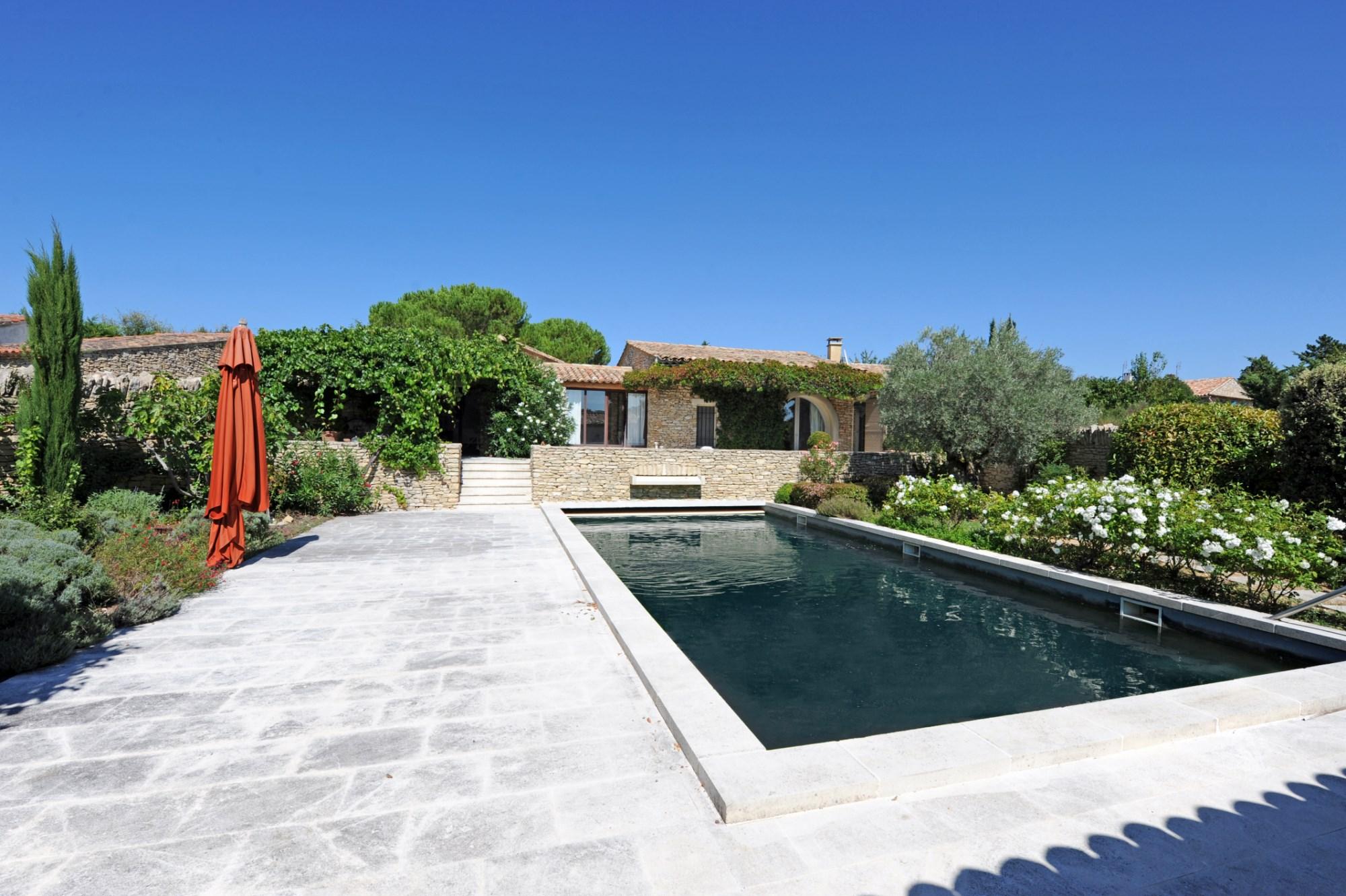 Ventes en luberon vendre belle maison proven ale en for Maison piscine jardin