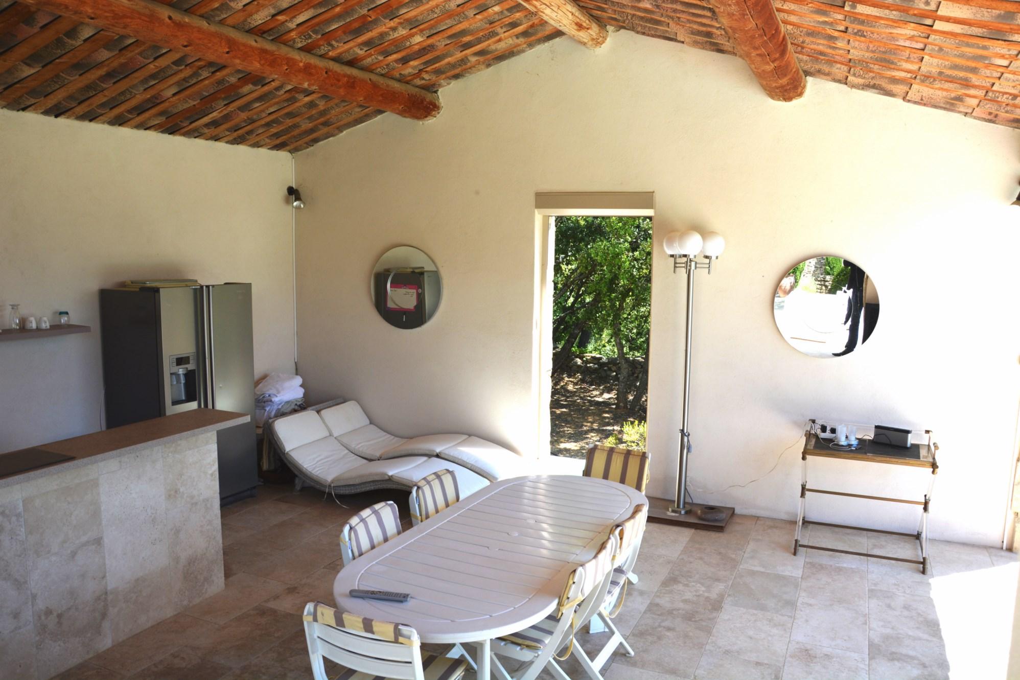 En Luberon, propriété de charme à vendre avec piscine et vue sur la vallée