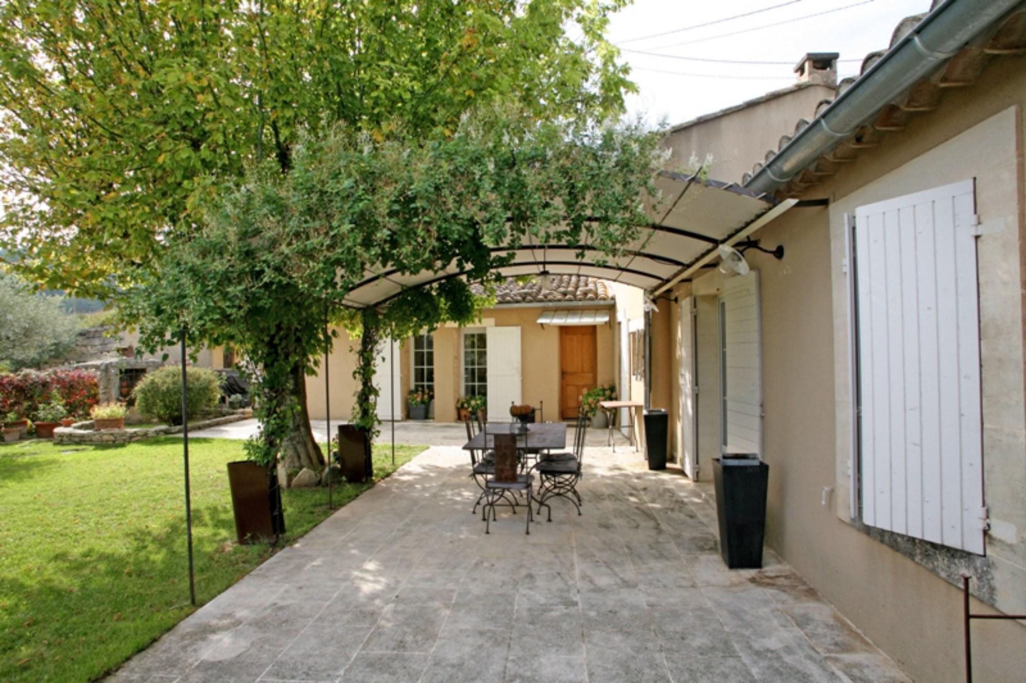 A vendre, en Luberon,  dans un environnement calme et champêtre, belle villa comfortable avec piscine.