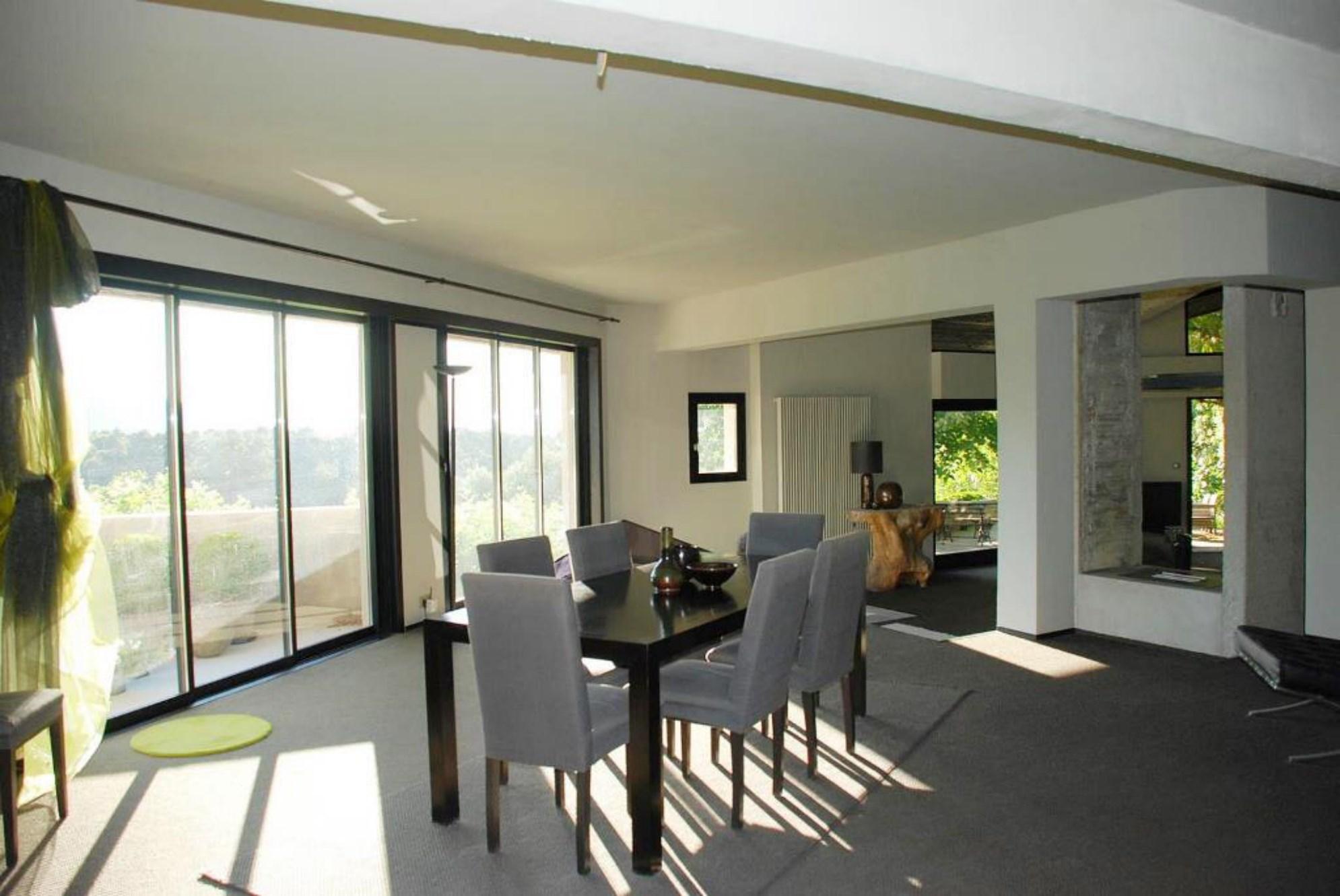 En vente, en Luberon,  maison contemporaine avec terrasses, piscine et vues panoramiques