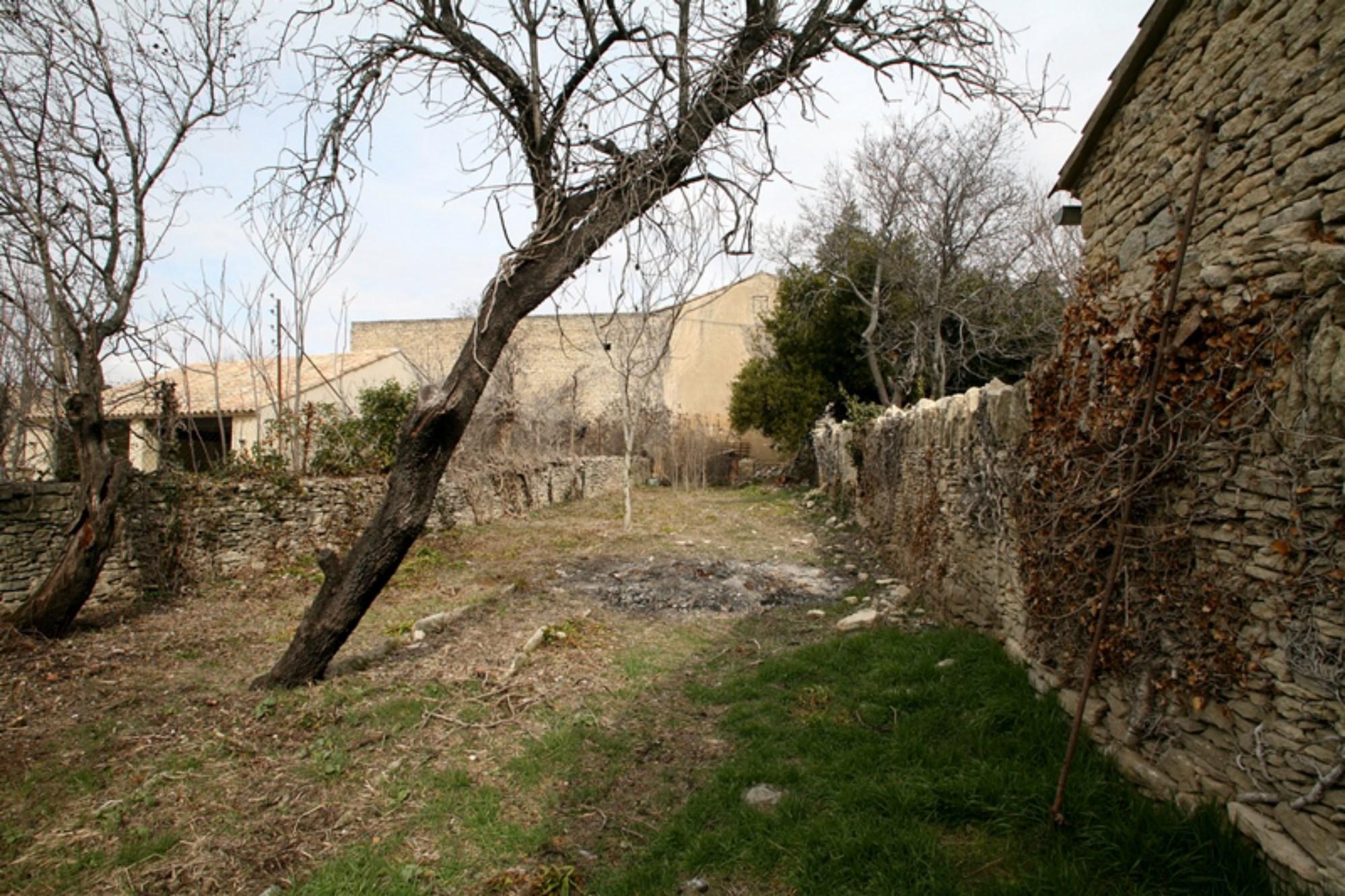 Maison de village avec jardin et bail commercial à vendre à Gordes