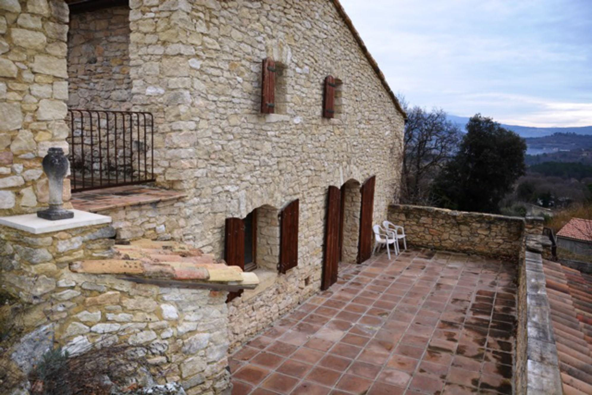 A Gordes, en vente,  maison d'architecte avec terrasses et jardin