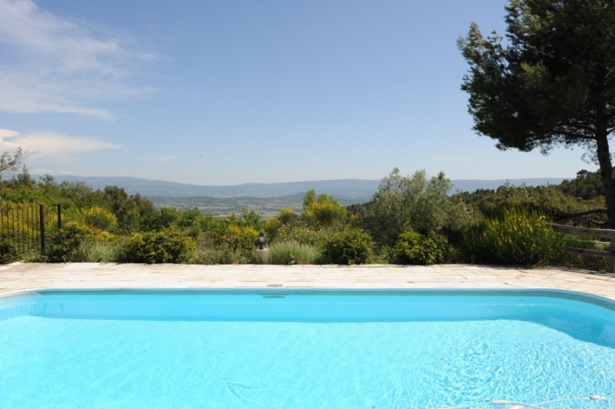 Sur les hauteurs, face au Luberon,  maison en pierres avec piscine et vue superbe à vendre