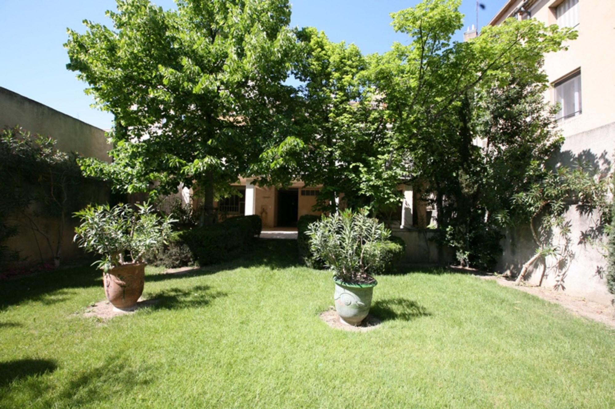 Hôtel particulier de charme avec jardin à vendre par ROSIER