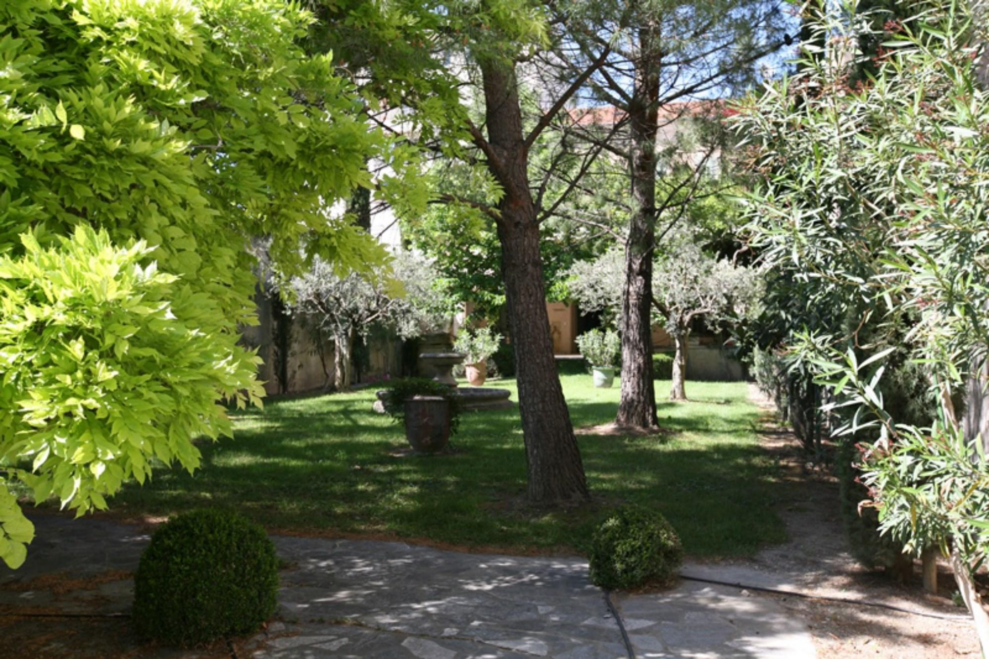 A vendre en Luberon,  vaste hôtel particulier avec jardin privatif