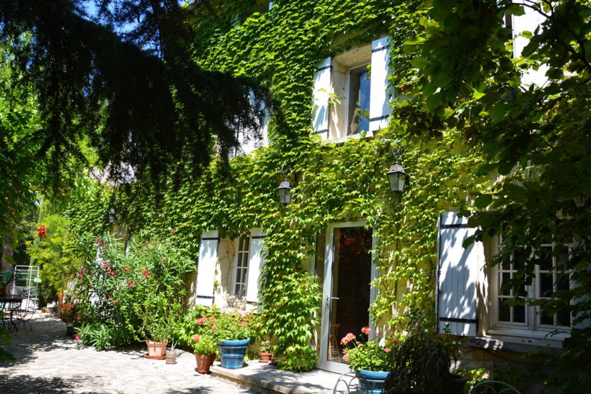 Mas et dépendances restaurés avec jardin à vendre en Provence