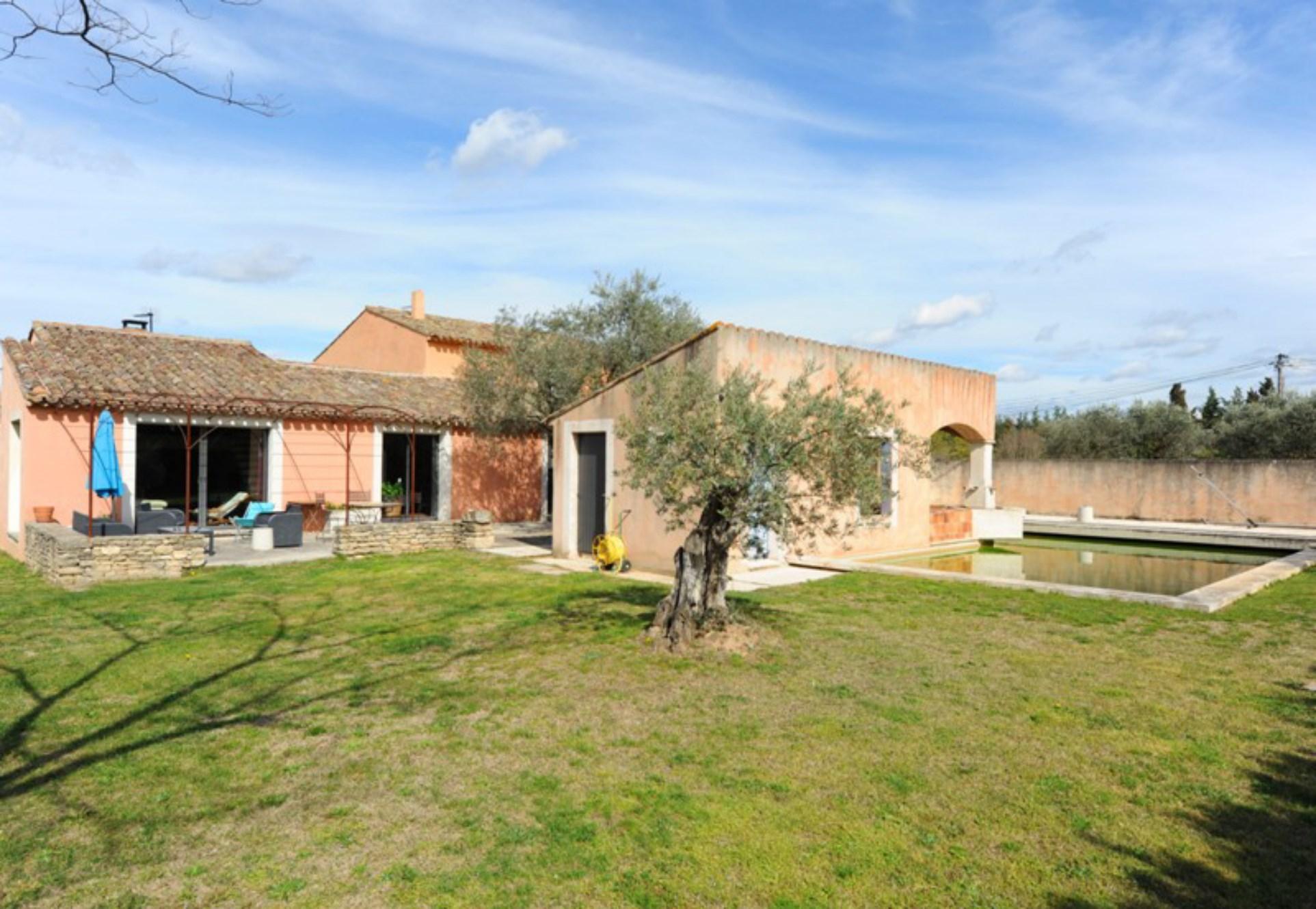 Maison contemporaine avec piscine et dépendances à vendre à Ménerbes