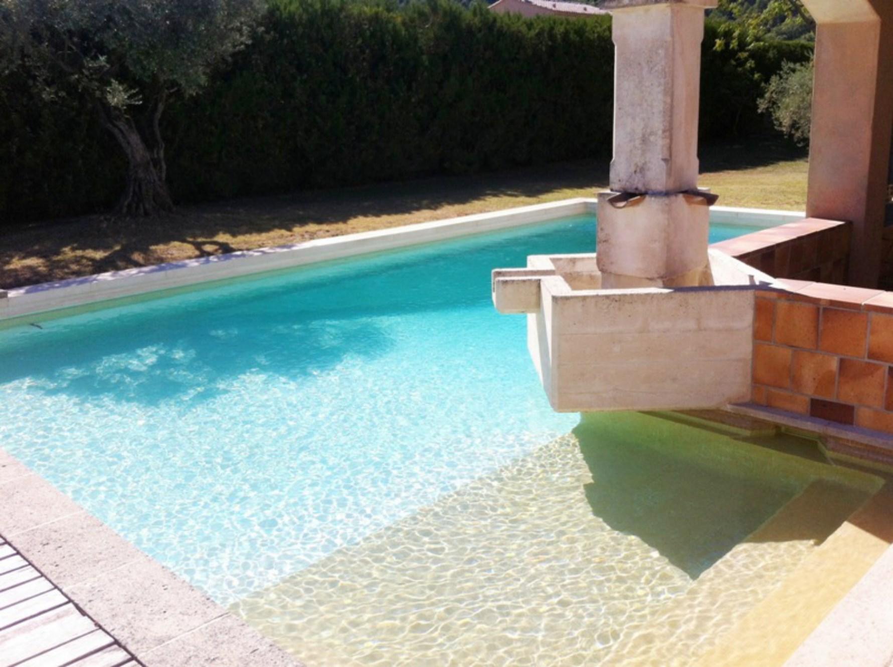 A vendre, en Luberon,  maison contemporaine  avec piscine, pool house et vue sur le village