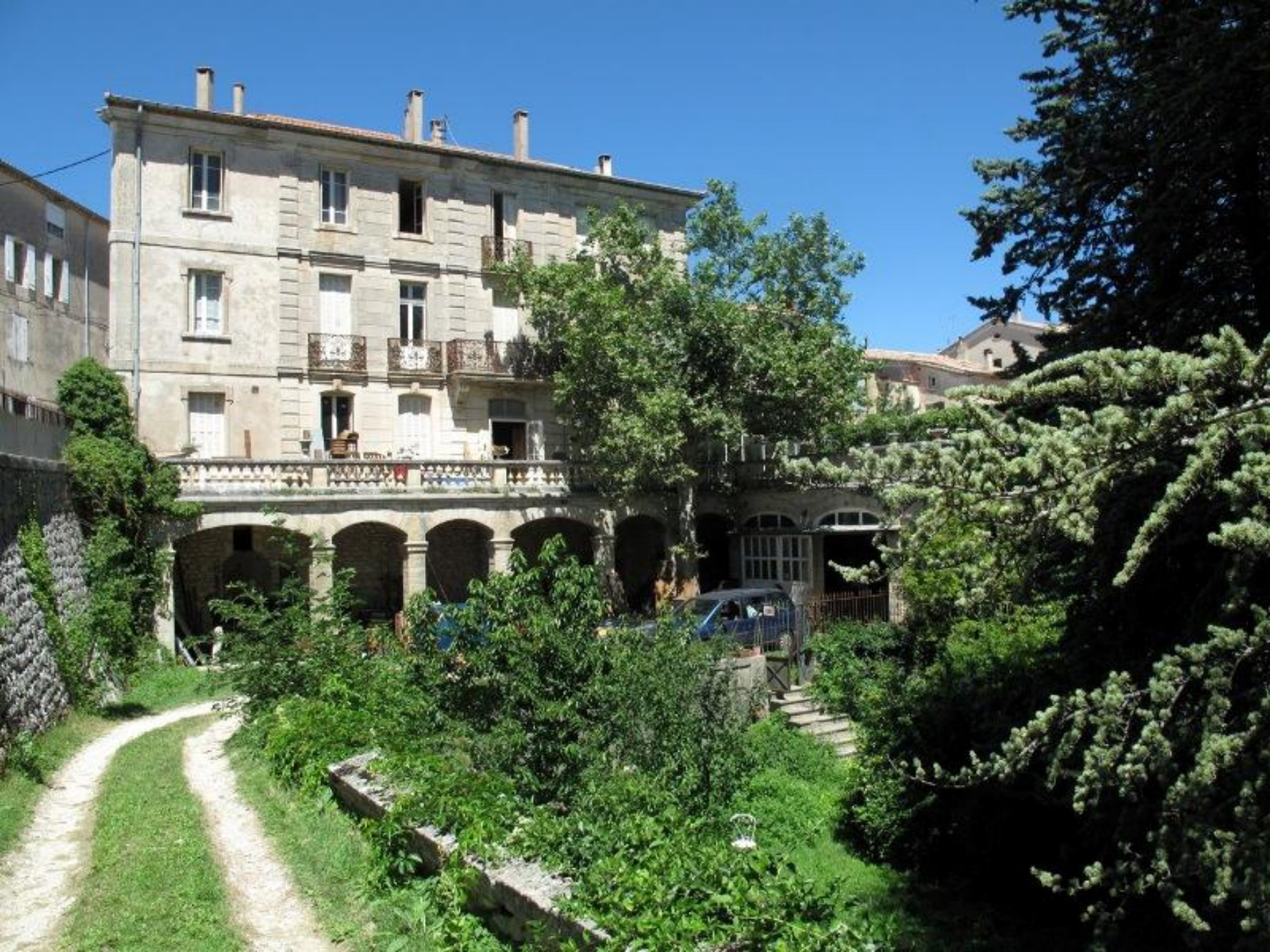 For sale in Pays of Sault mansion of 27 rooms with gardens ...