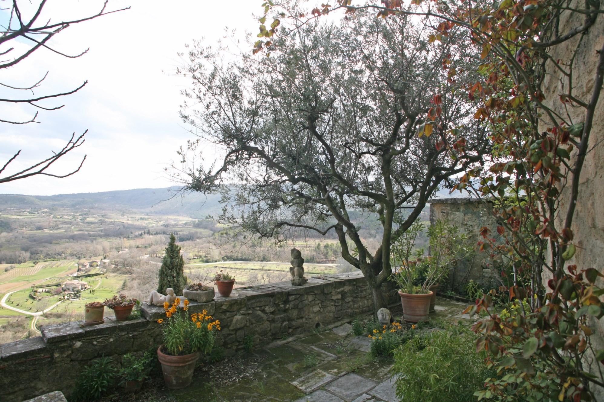 Au coeur de l'un des célèbres villages perchés du Luberon, à vendre, domaine comprenant deux maisons avec  vues exceptionnelles