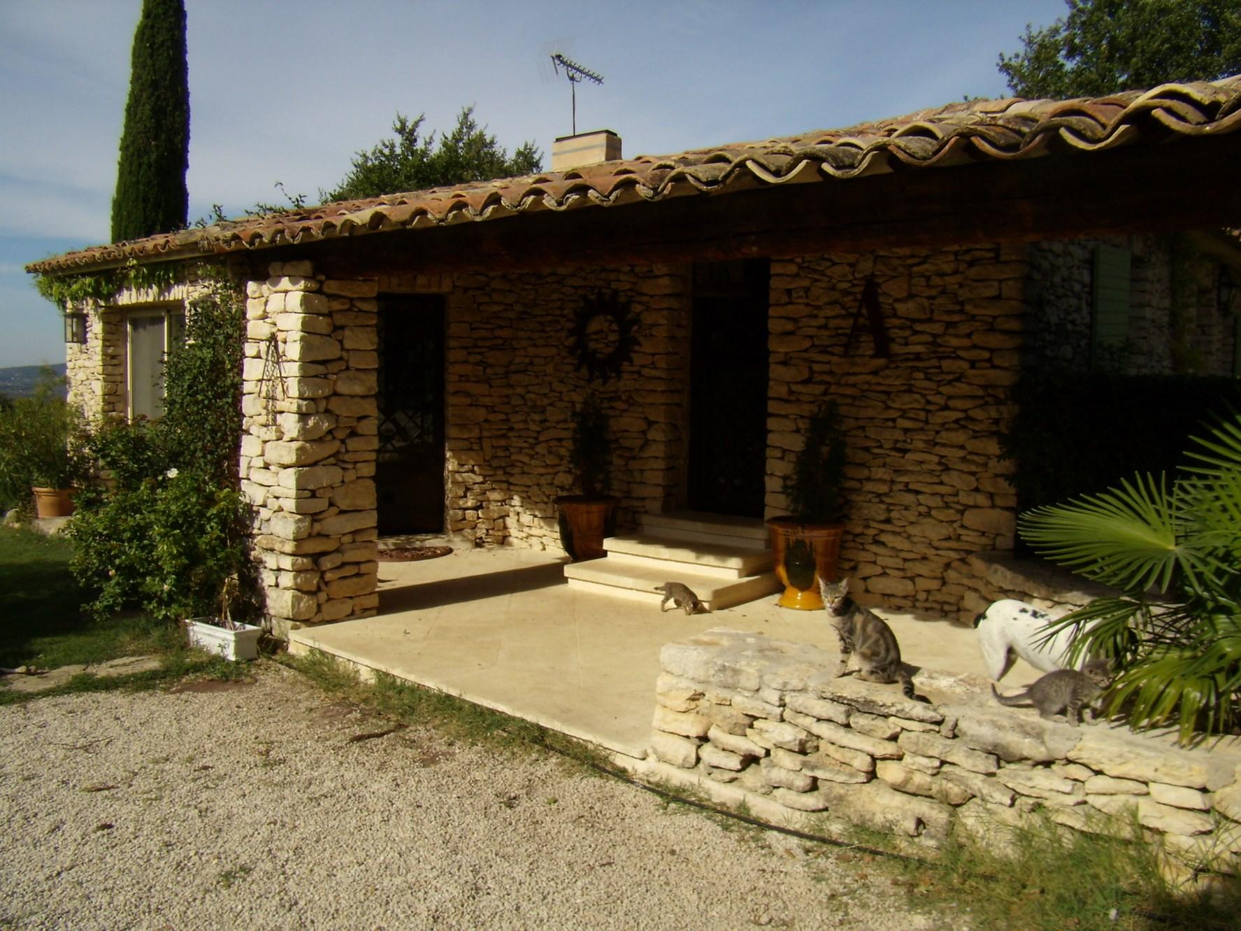 A vendre,  en Luberon, très agréable maison en pierres, jardin paysager de 2 500 m² avec piscine