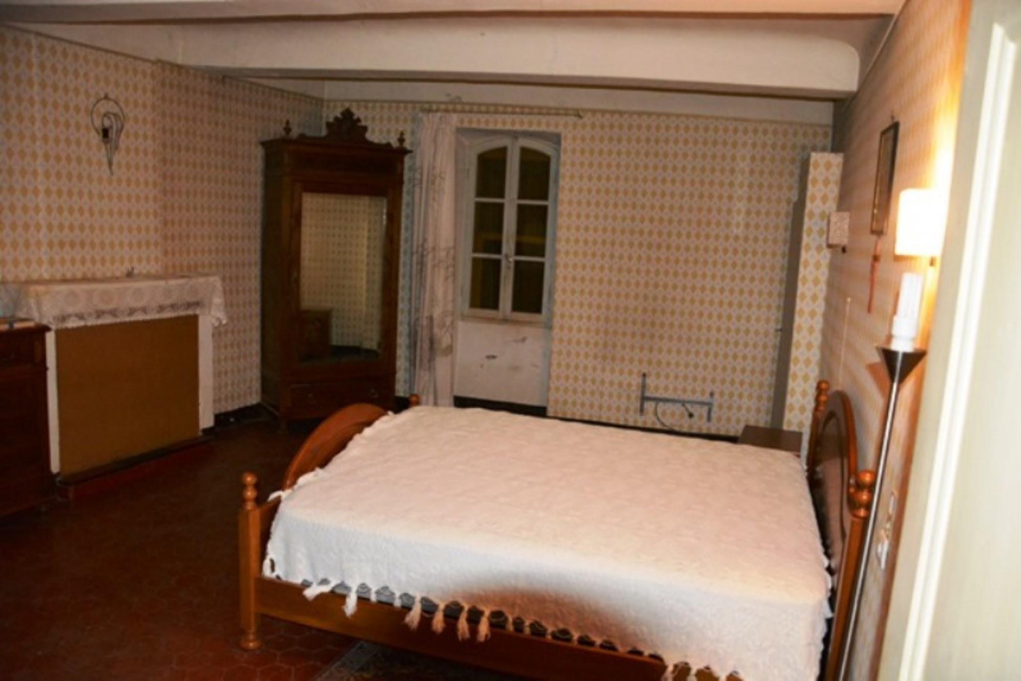 En Luberon, maison de village à rénover,  avec espace commercial et cour