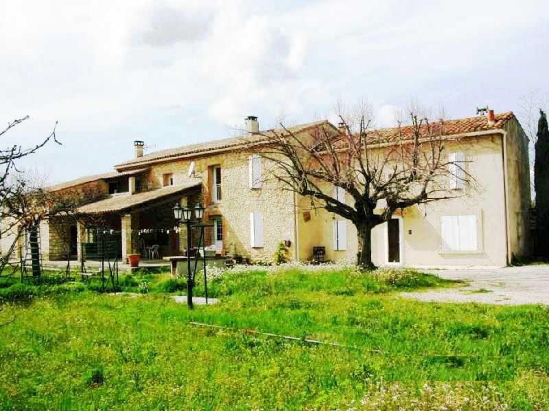 Dans le Comtat Venaissin, à vendre, mas ancien rénové avec piscine et terrasses en