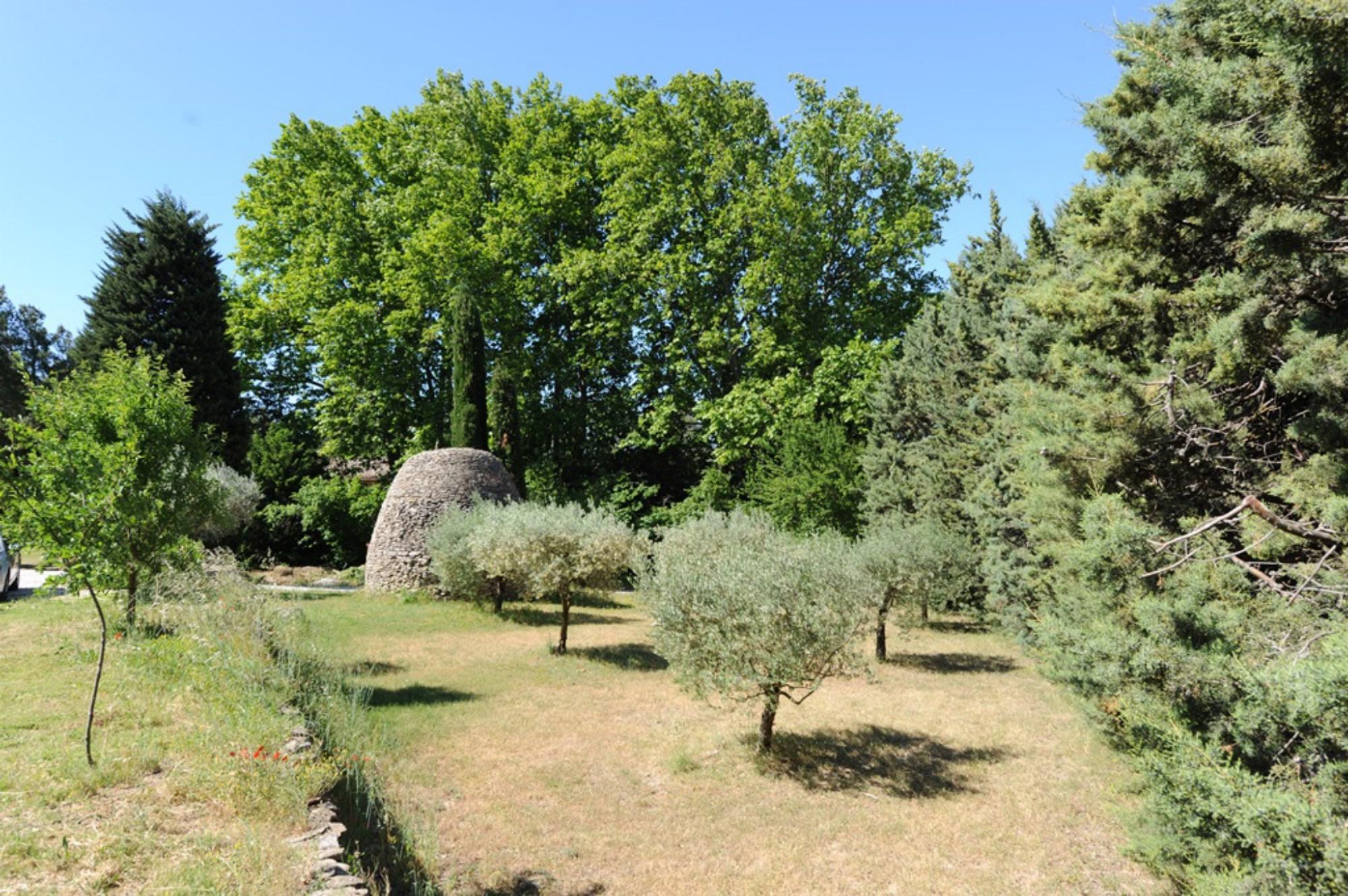 Charmant mazet en pierres aux abords de la ville des Antiquaires