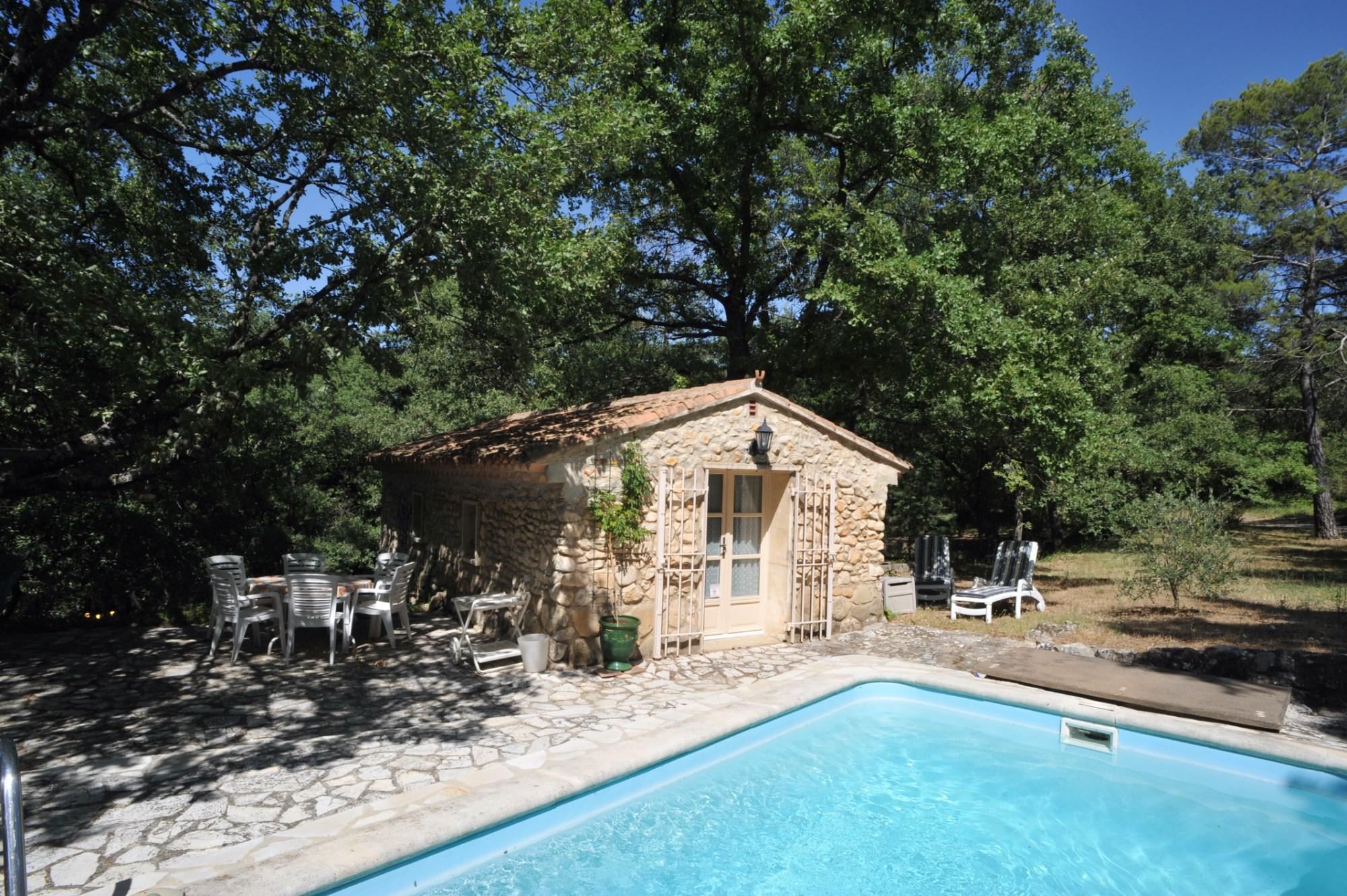 Proche  du village de Ménerbes,  à vendre, beau moulin du  XVII ° siècle, sur plus de 4 000 m² de terrain avec piscine et de très belles vues sur la campagne Luberone