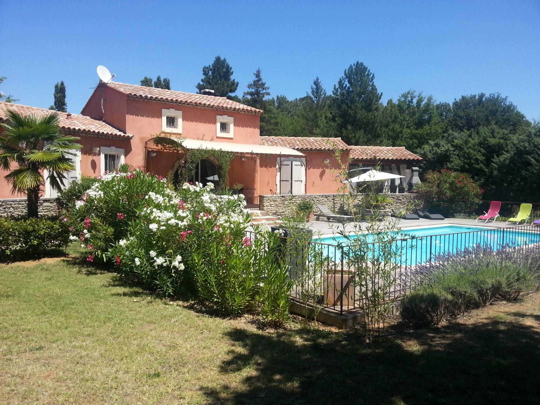 Ventes luberon proche village villa traditionnelle avec for Villa avec jardin et piscine