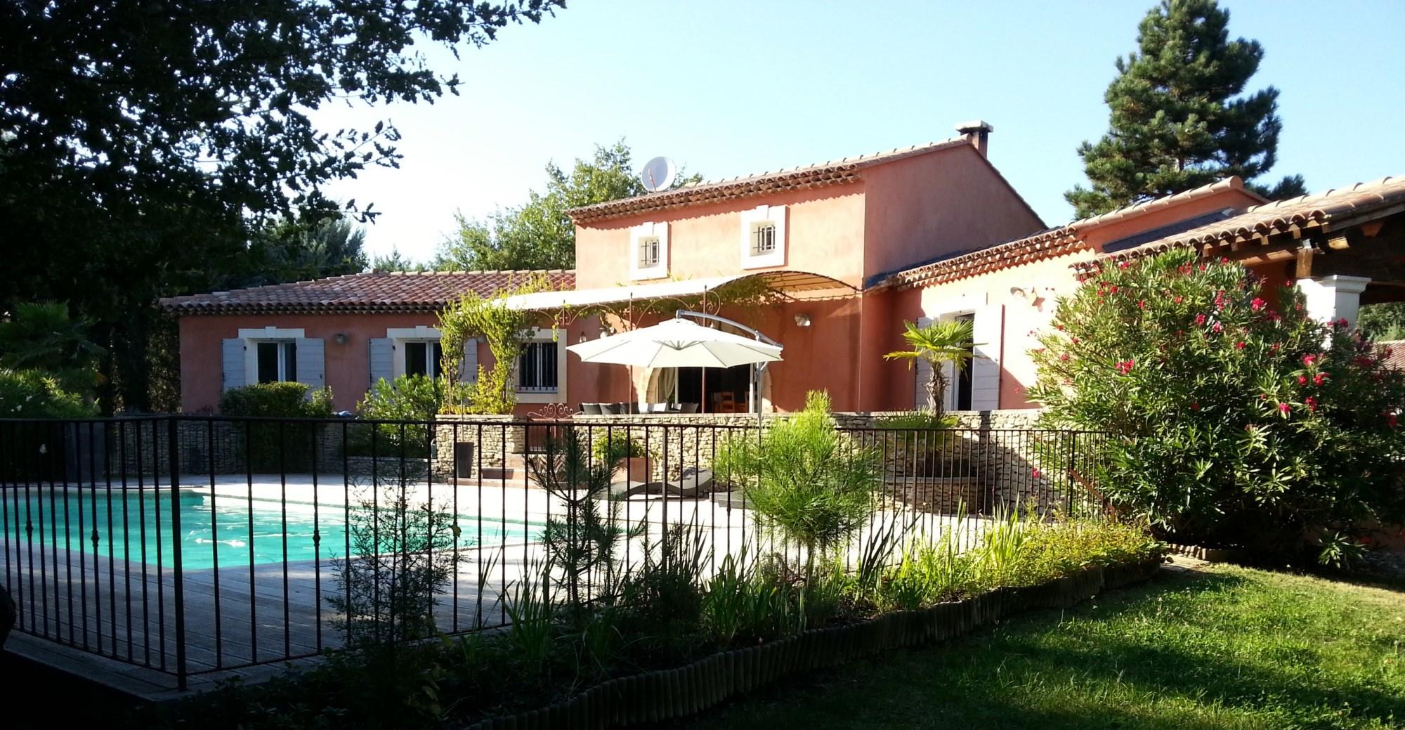 Villa traditionnelle avec piscine à vendre dans le Luberon par ROSIER