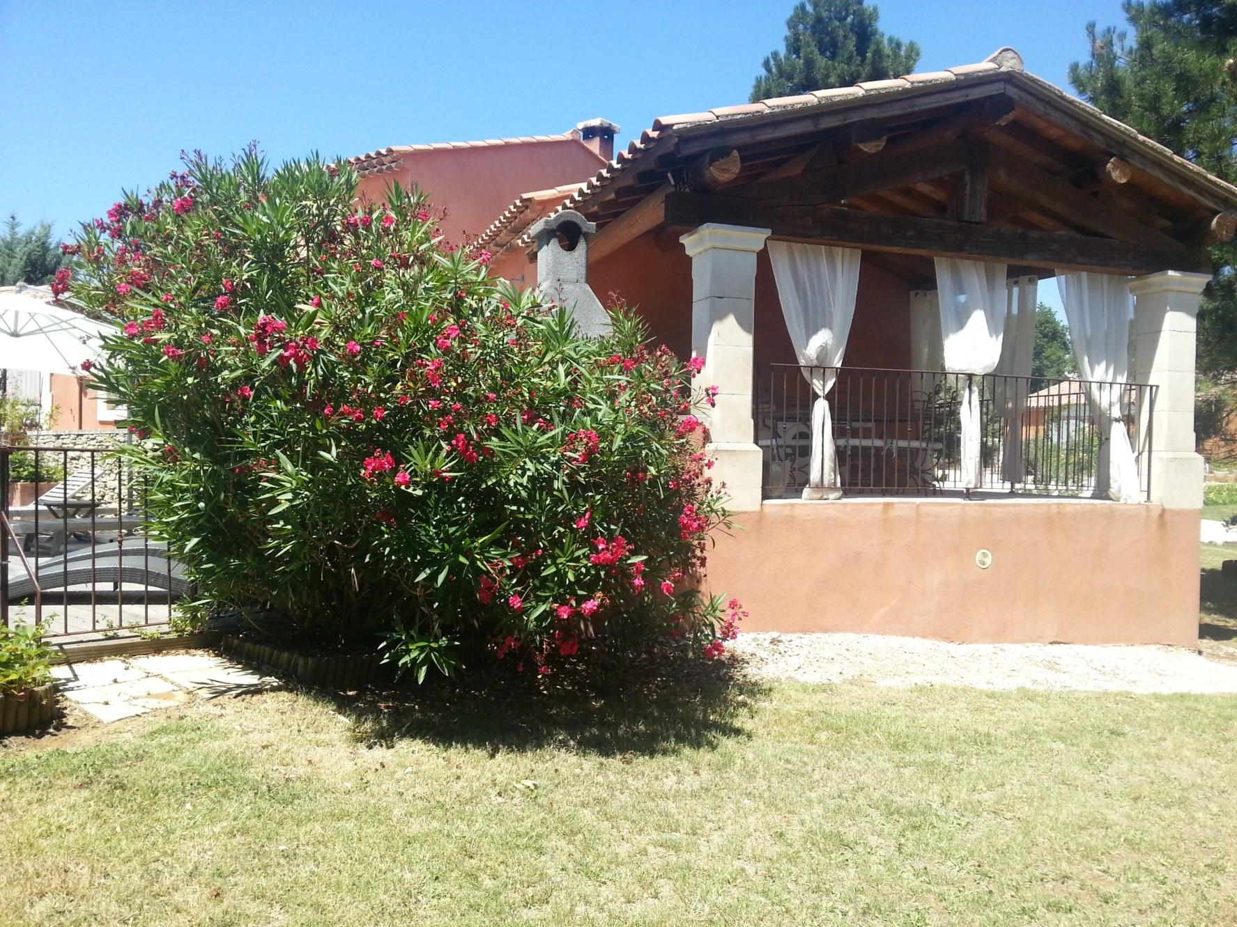 Luberon, proche village,  villa traditionnelle avec véranda, jardin et piscine