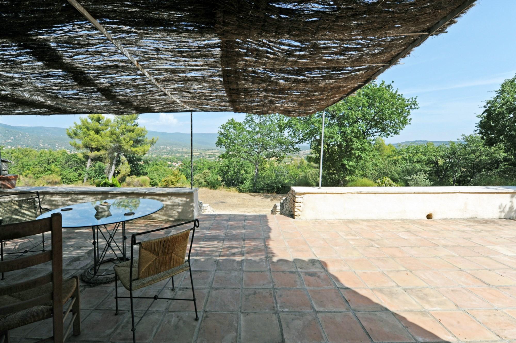 Maison en pierres à vendre avec vues sur la vallée du Luberon