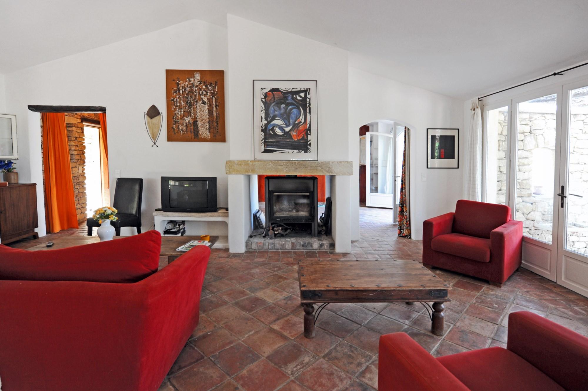 En vente,  en Luberon, maison en pierres de pays avec piscine et vues sur la vallée