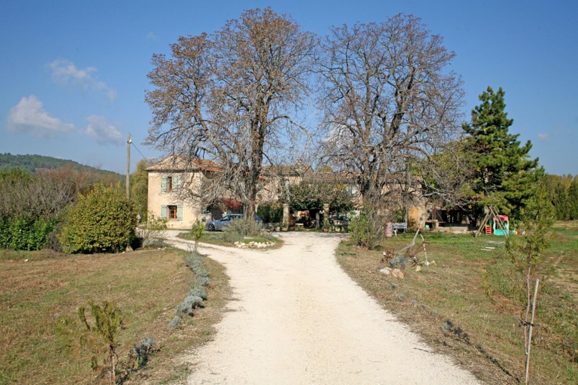 En Luberon, à vendre, mas provençal à restaurer sur terrain de 7 hectares