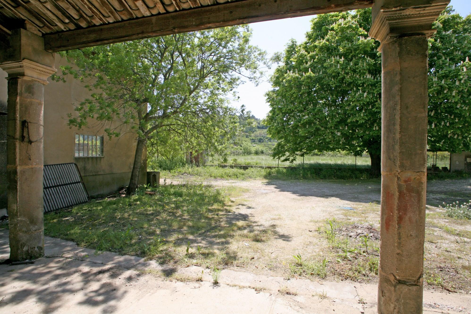 Luberon, à vendre, authentique mas, à restaurer, offrant de généreux volumes,  sur presque 3 hectares de terres.