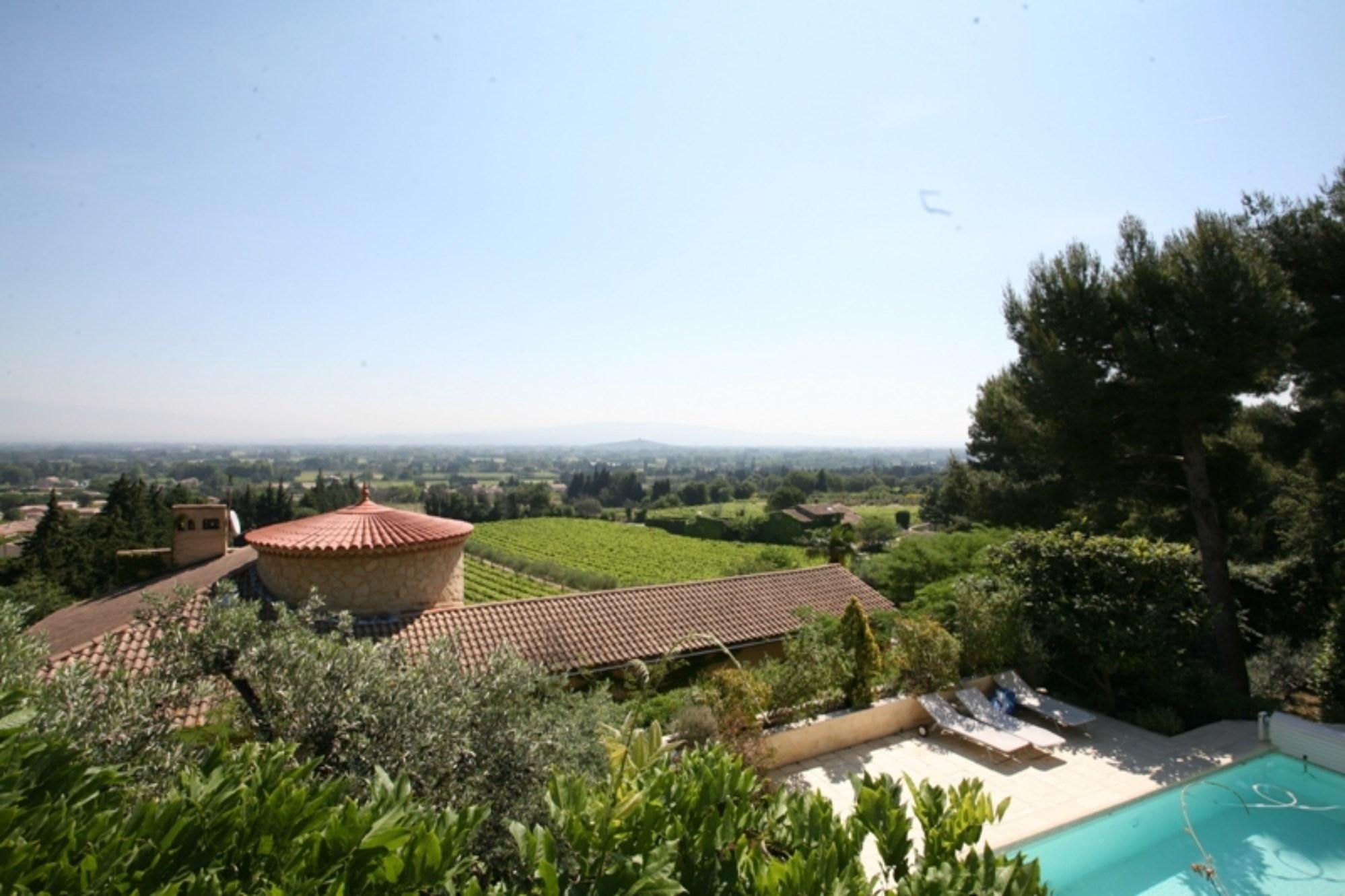 A vendre dans le Comtat Venaissin,  proche d'Avignon, maison en pierres de Gordes,  construite sur un promontoire lui offrant une superbe vue dégagée  avec jardin et piscine