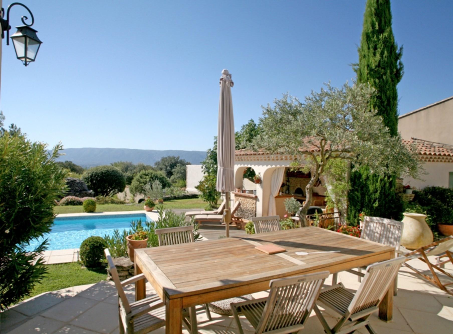 Ventes a proximit de gordes en luberon vendre jolie maison avec terrasse jardin et piscine - Vue de jardin ...