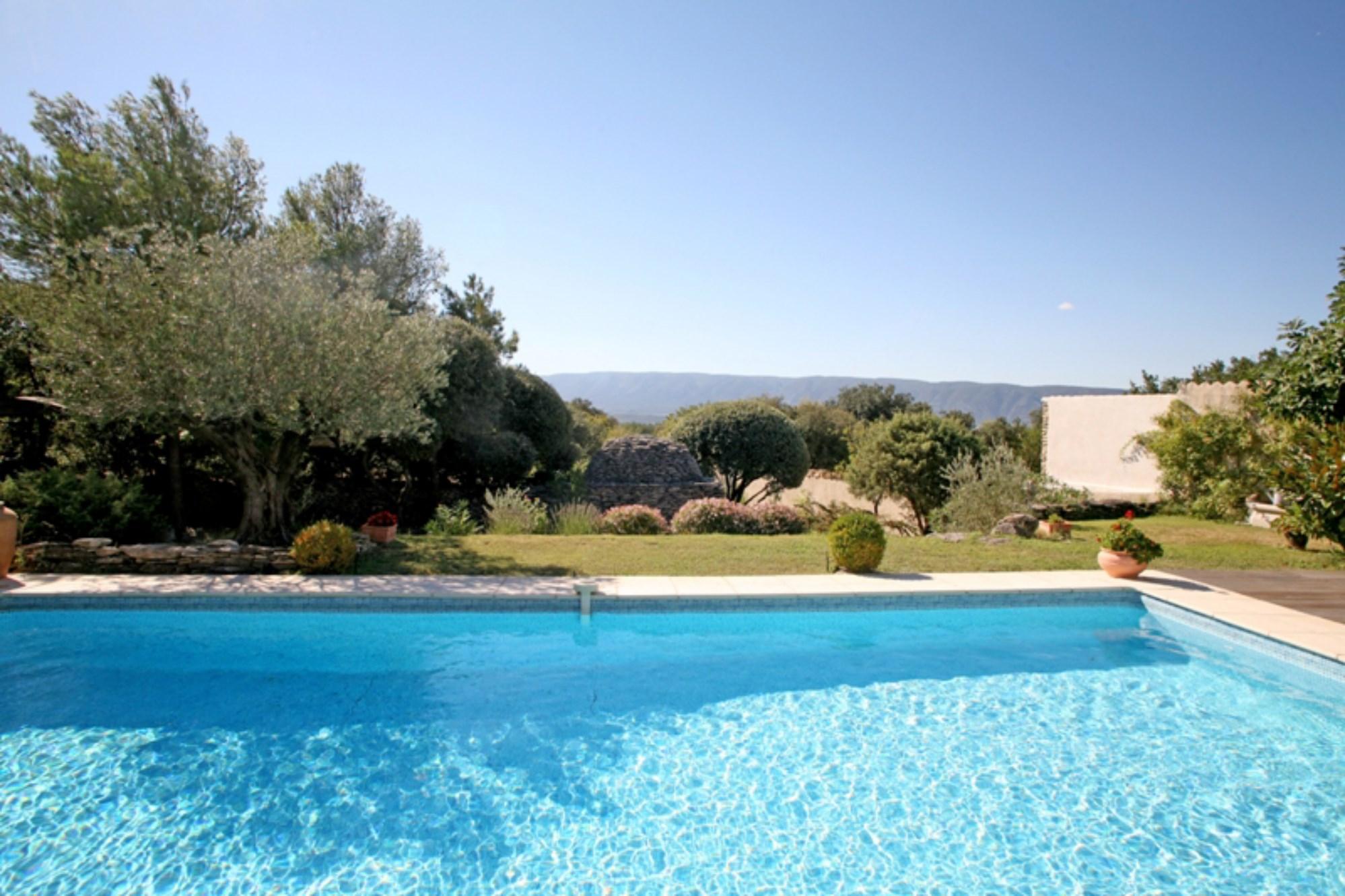 A proximité de Gordes en Luberon,  à vendre, jolie maison avec terrasse, jardin et piscine, face au Luberon, avec vue dégagée