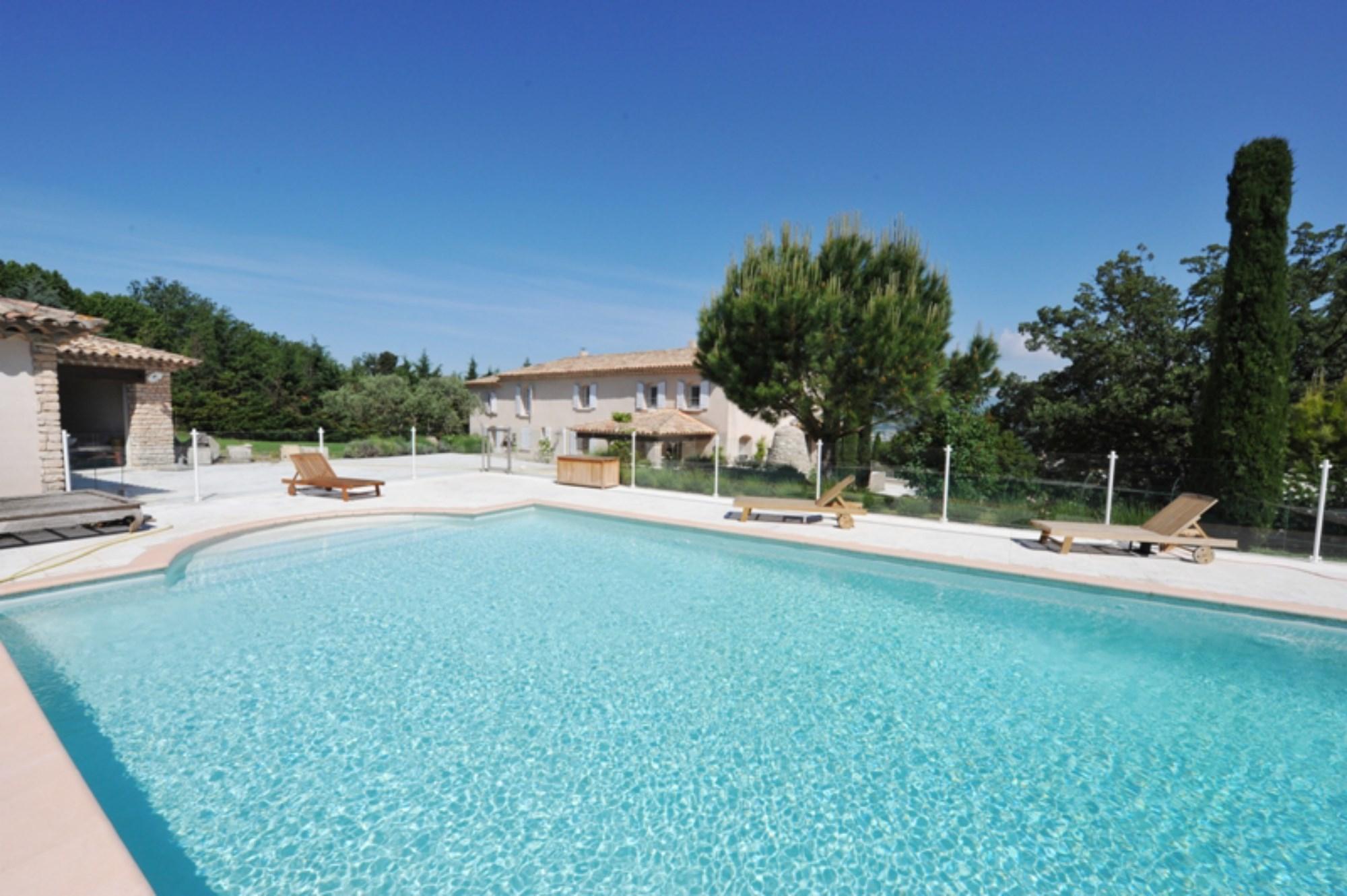 A vendre, bastide provençale rénovée, avec vue, sur un parc de 8000 m² et piscine
