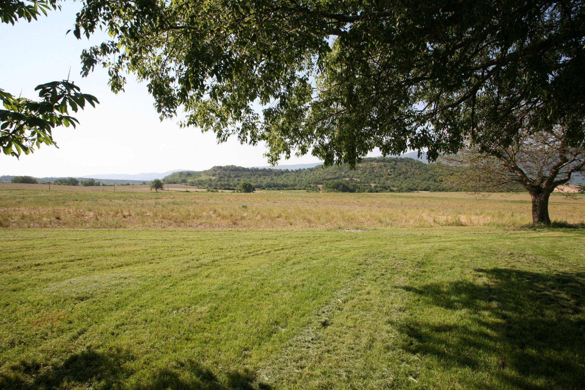 A vendre,  Luberon, belle bastide à réaménager sur plus de 4 hectares