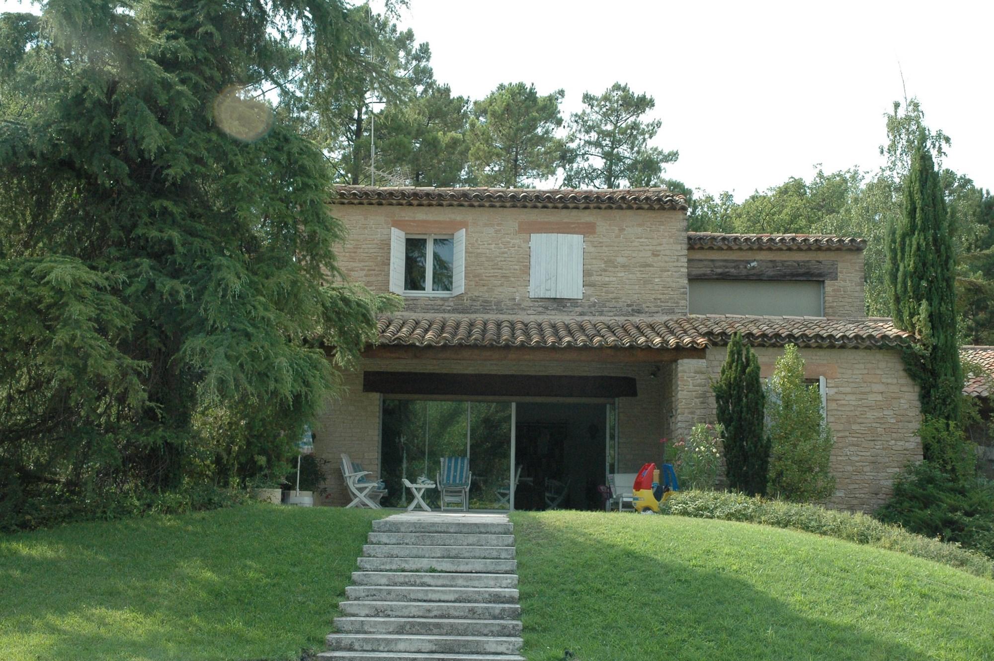 Luberon, à vendre, spacieuse maison en pierres avec piscine et un grand jardin