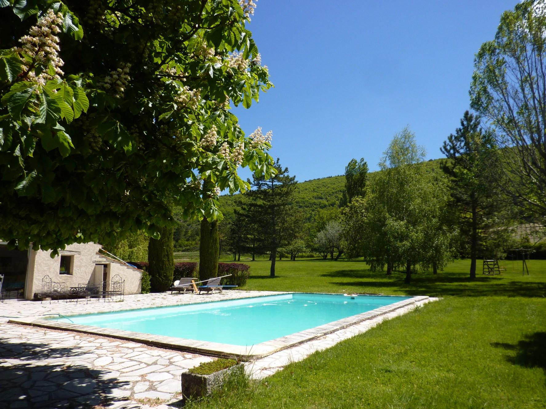 A vendre, dans le Pays de Sault, propriété de famille, dans un parc paysager avec piscine