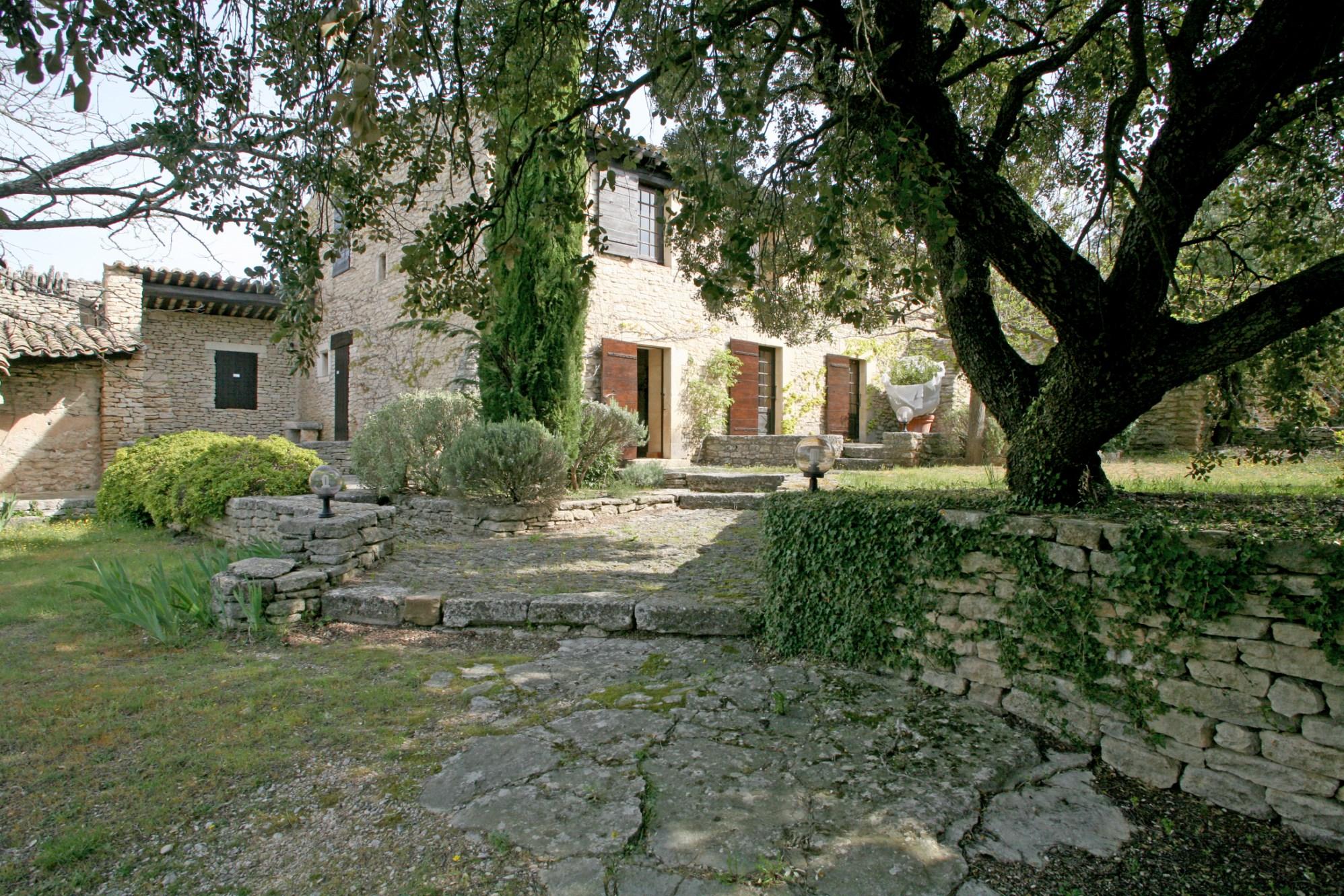 En vente, en Luberon,  dans un parc naturel préservé, propriété en 2 parties pouvant être reliées,  avec piscine