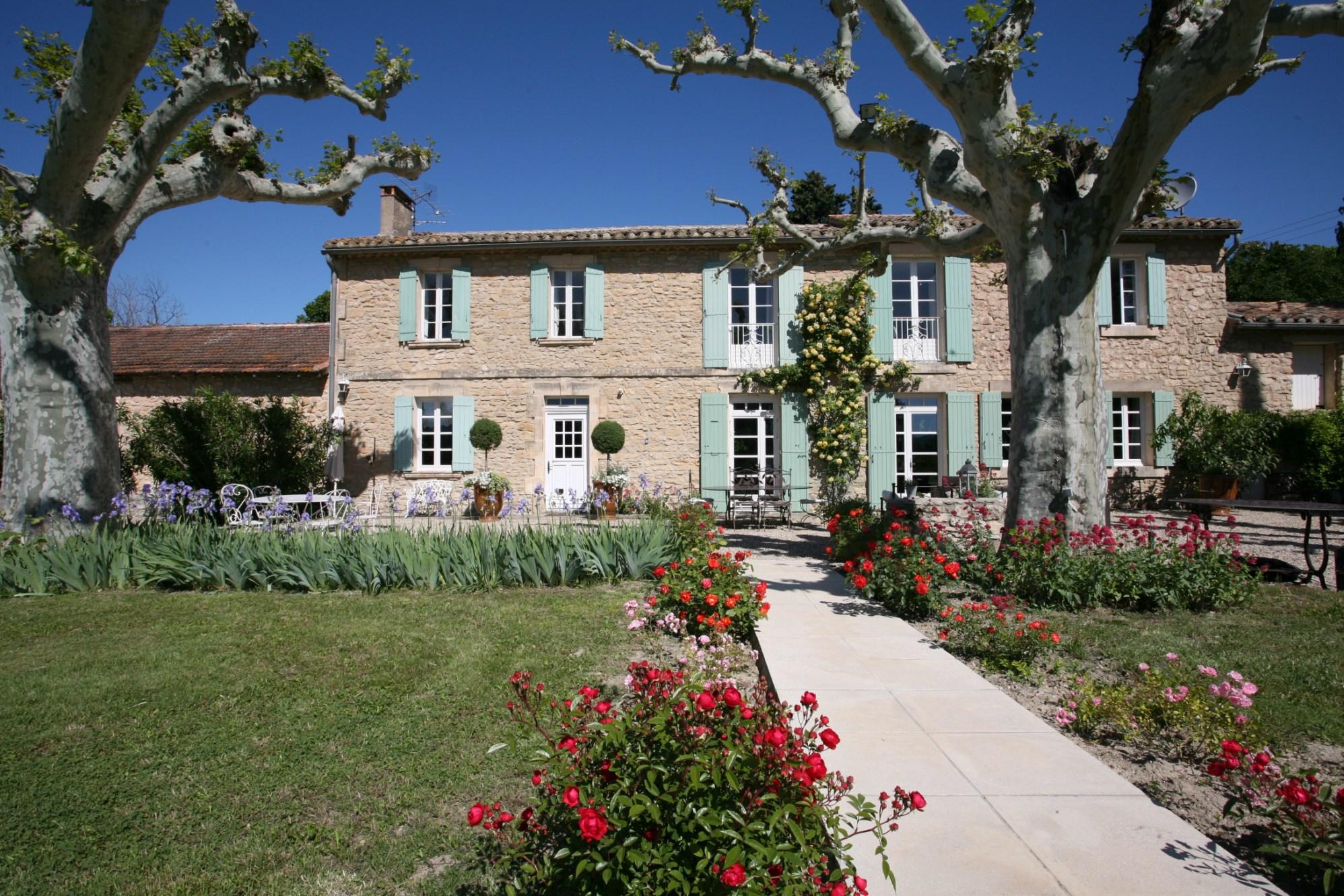 A vendre, proche Isle sur la Sorgue,  un mas ancien rénové, en pierres, plein de charme,  avec piscine et jardin