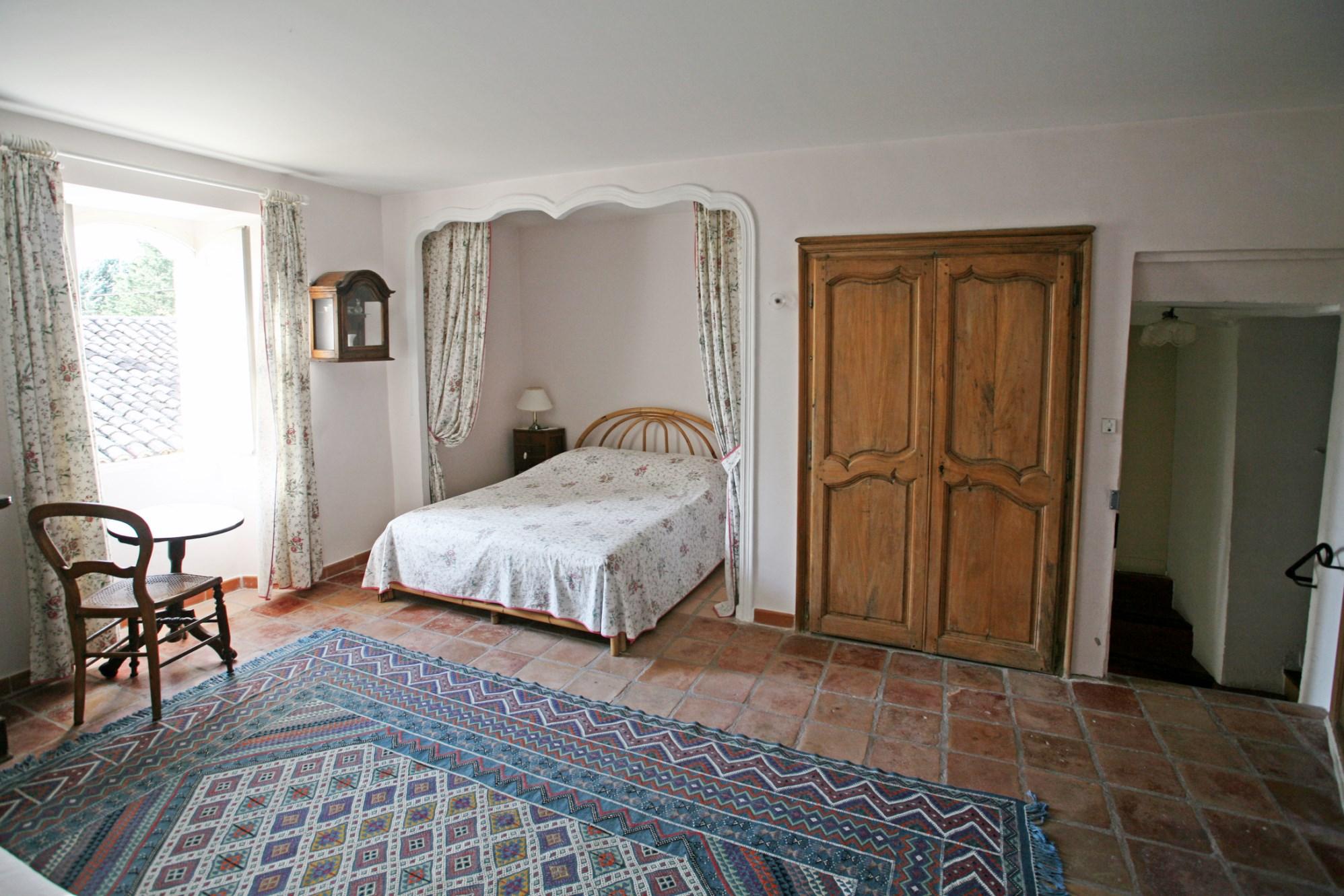 Au Pays des Sorgues, à vendre, mas provençal sur 1 hectare avec piscine et dépendances