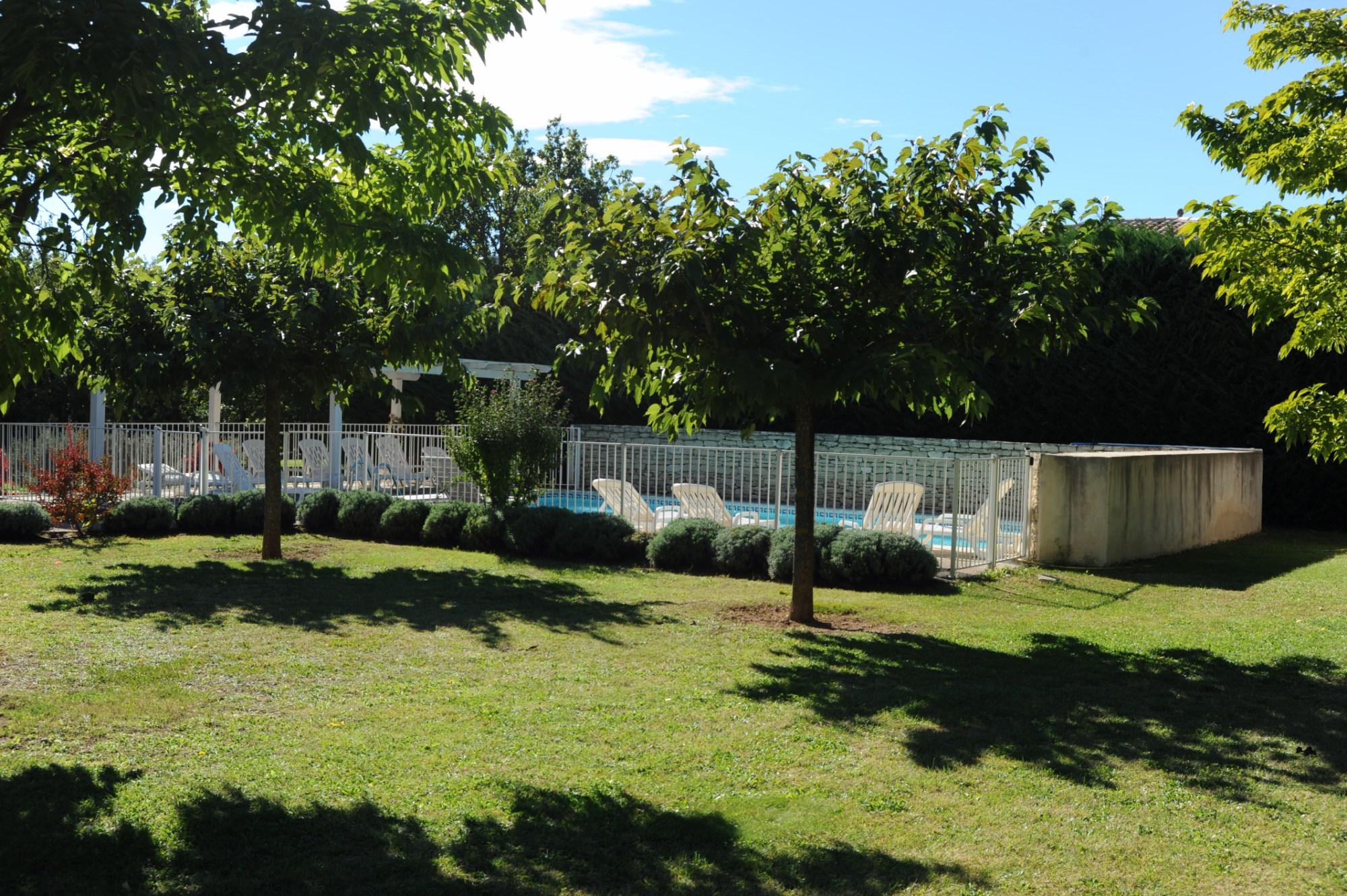 Au pied du village de Gordes, entre Roussillon et Goult, à vendre,  maison en pierres avec piscine sur plus de 3 000 m² de terrain