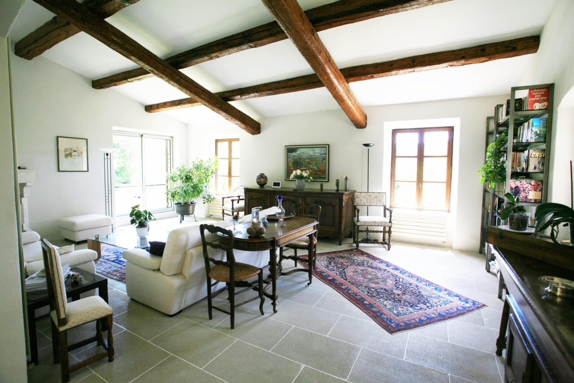Ménerbes,  à vendre, vaste maison en pierres avec piscine, dépendances et vue