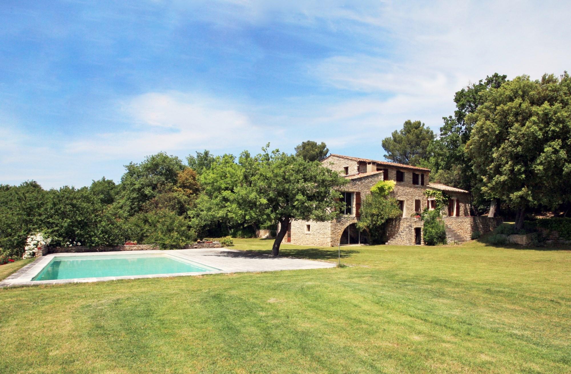 Maison en pierre avec piscine en Luberon